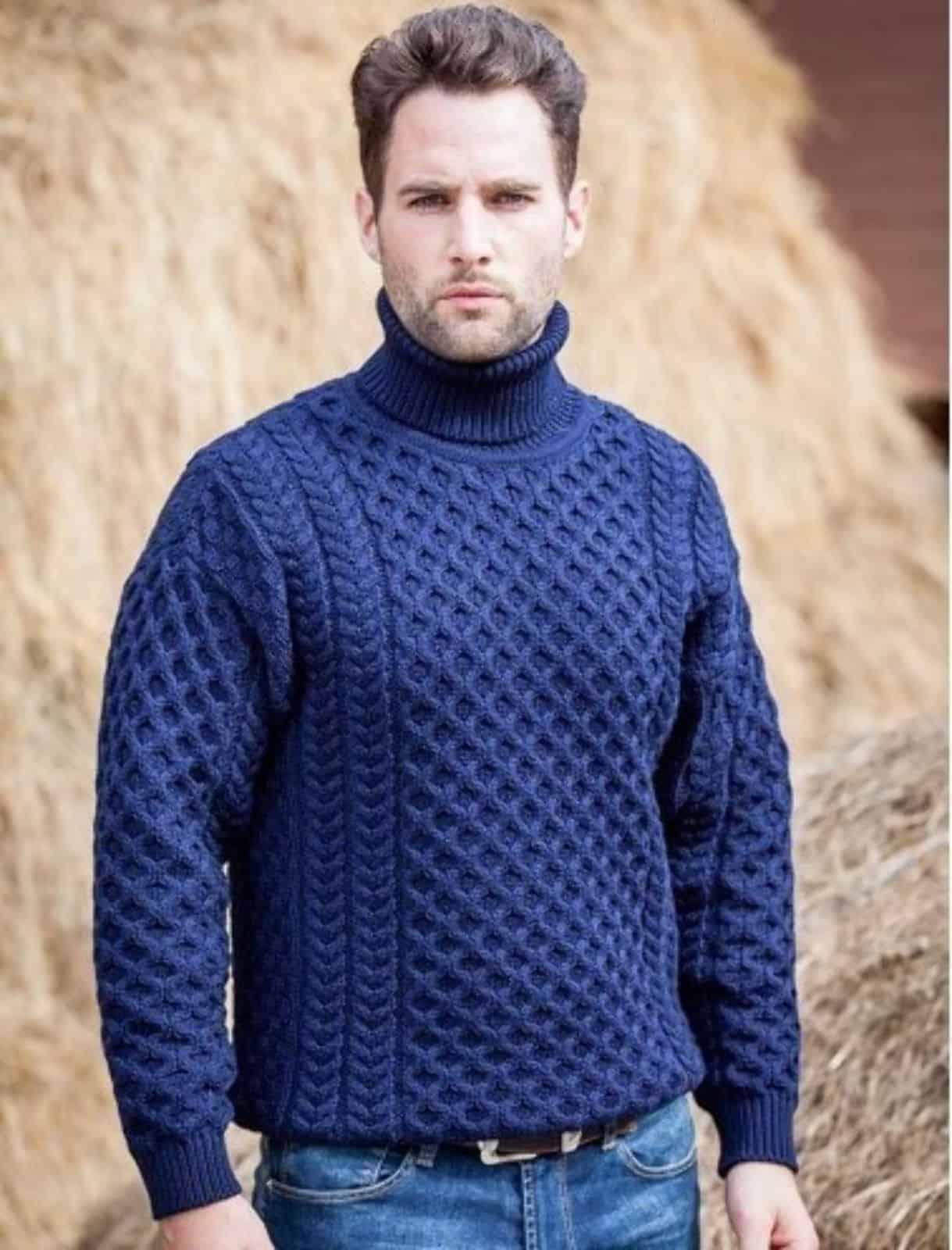 На фотографии синий вязаный свитер с высоким воротником для мужчин от SHAPAR, бренда одежды ручной работы в интернет-магазине связанных спицами вещей.