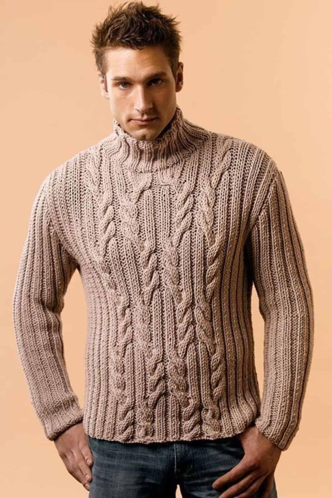 На фотографии зимний вязаный свитер от SHAPAR, бренда мужской одежды ручной работы в интернет-магазине связанных спицами вещей.