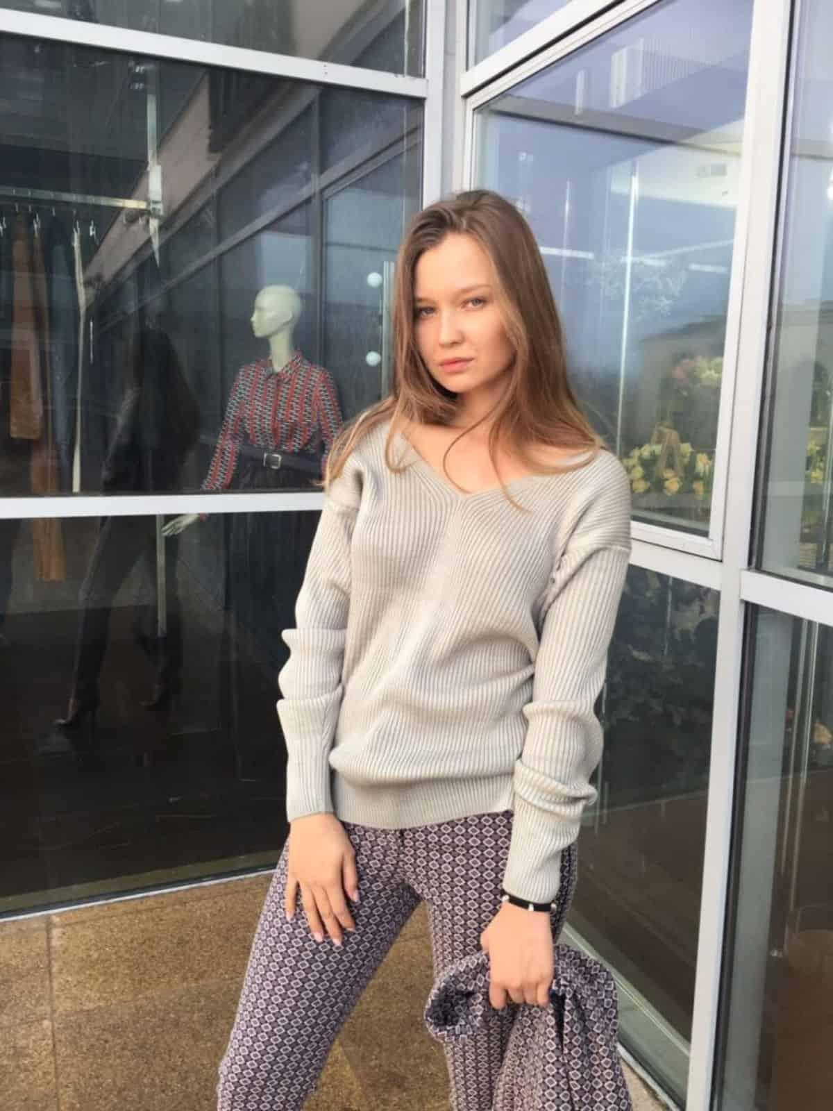На фотографии серый женский свитер на каждый день от SHAPAR, бренда вязаной одежды ручной работы в интернет-магазине связанных спицами вещей.