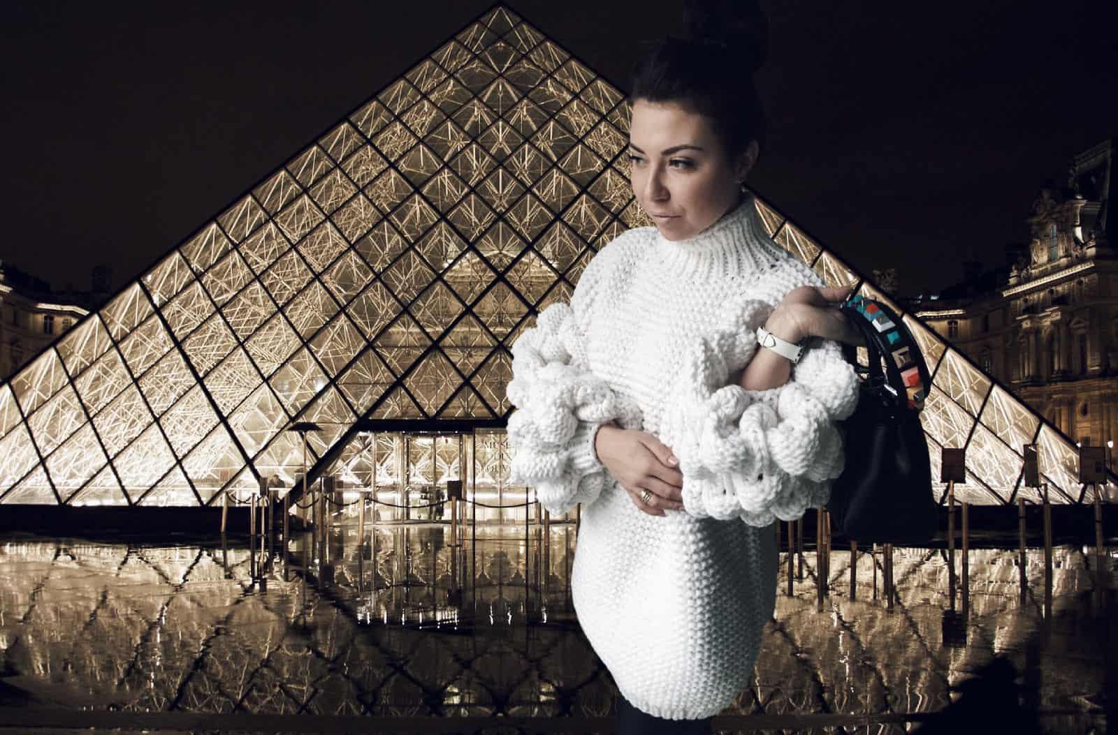 На фотографии женский свитер оверсайз с объемными рукавами от Shapar, бренда вязаной одежды ручной работы в интернет-магазине связанных спицами вещей.