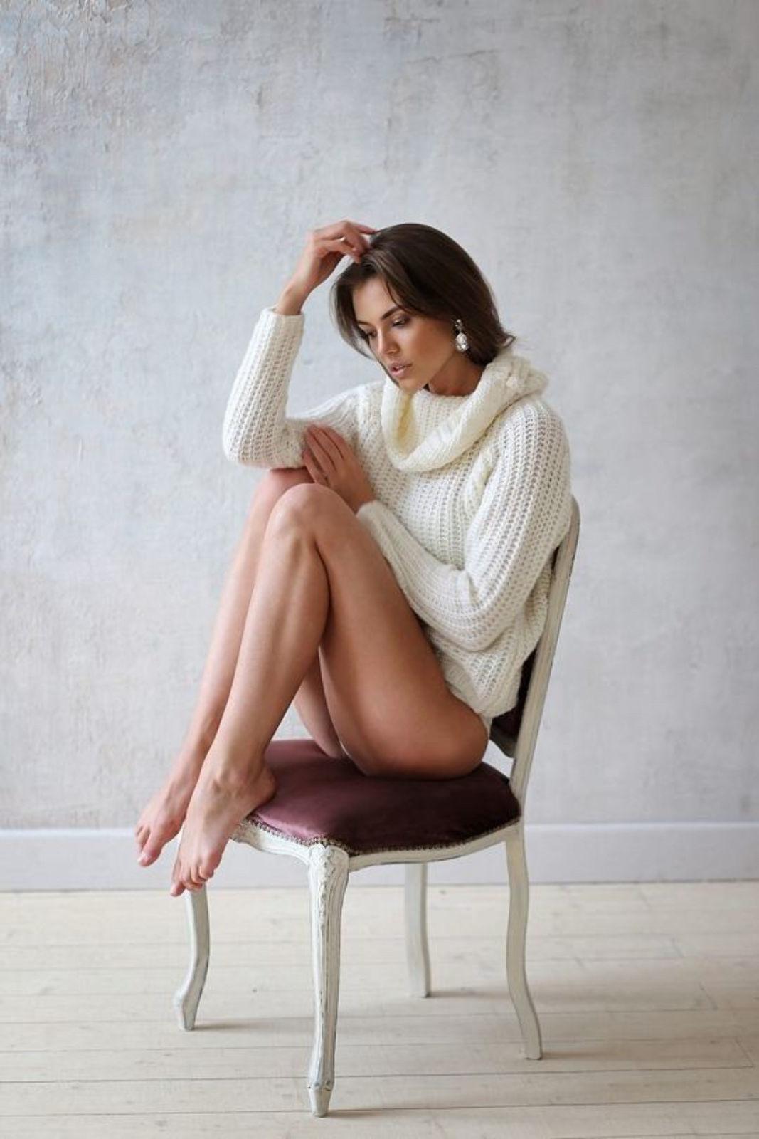 На фотографии женский свитер реглан спицами от Shapar, бренда вязаной одежды ручной работы в интернет-магазине связанных вещей.