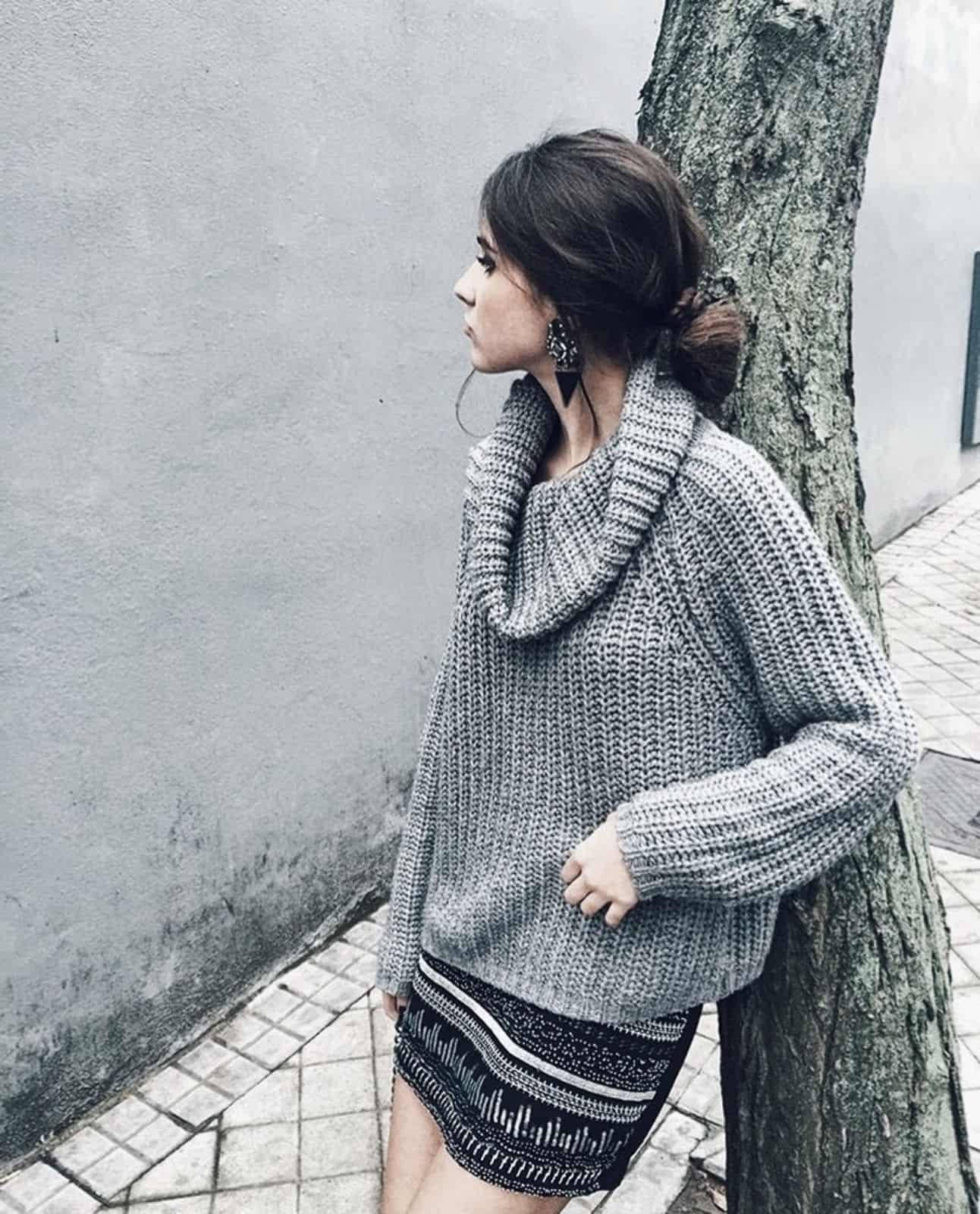 На фотографии женский свитер с горлом от Shapar, бренда вязаной одежды ручной работы в интернет-магазине связанных спицами вещей.