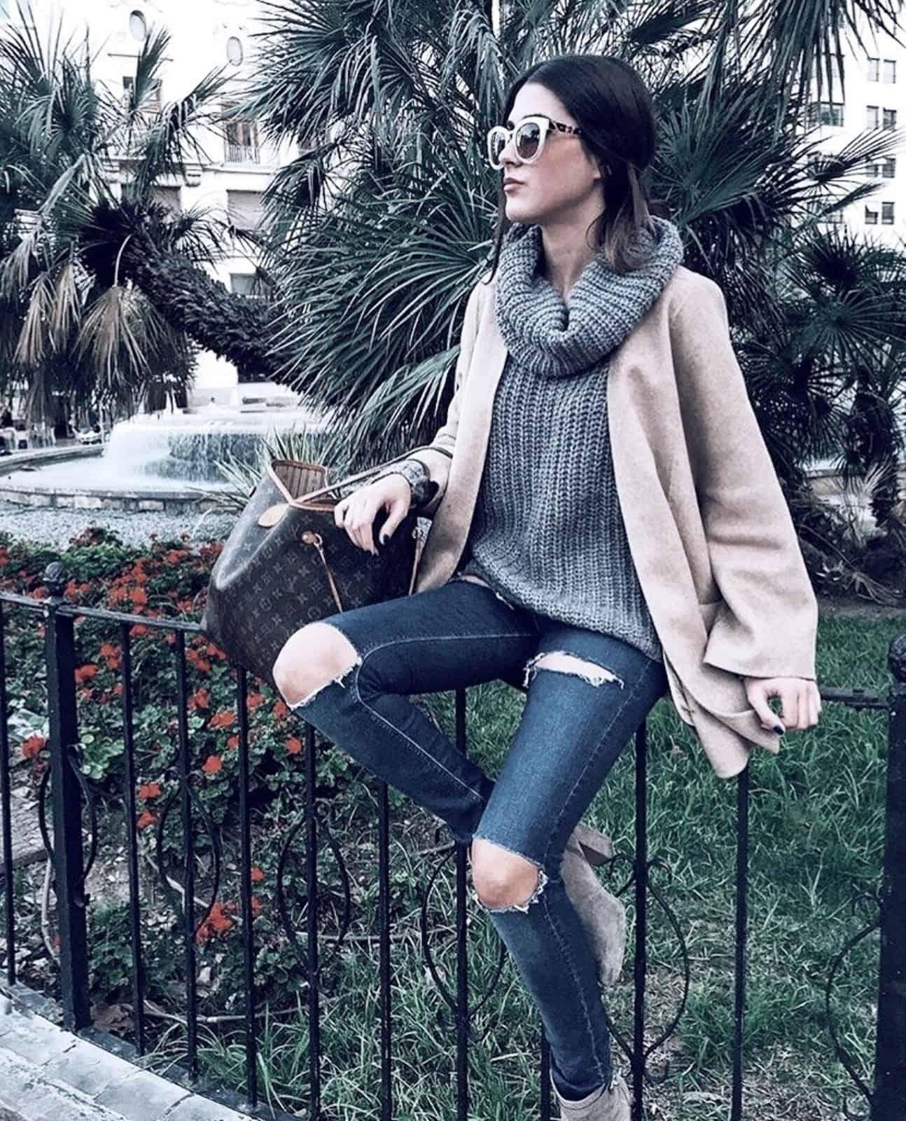 На второй фотографии женский свитер с горлом серого цвета от Shapar, бренда вязаной одежды ручной работы в интернет-магазине связанных спицами вещей.