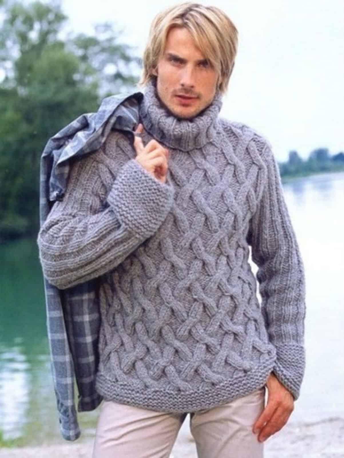 На фотографии серый вязаный свитер с горлом от SHAPAR, бренда мужской одежды ручной работы в интернет-магазине связанных спицами вещей.