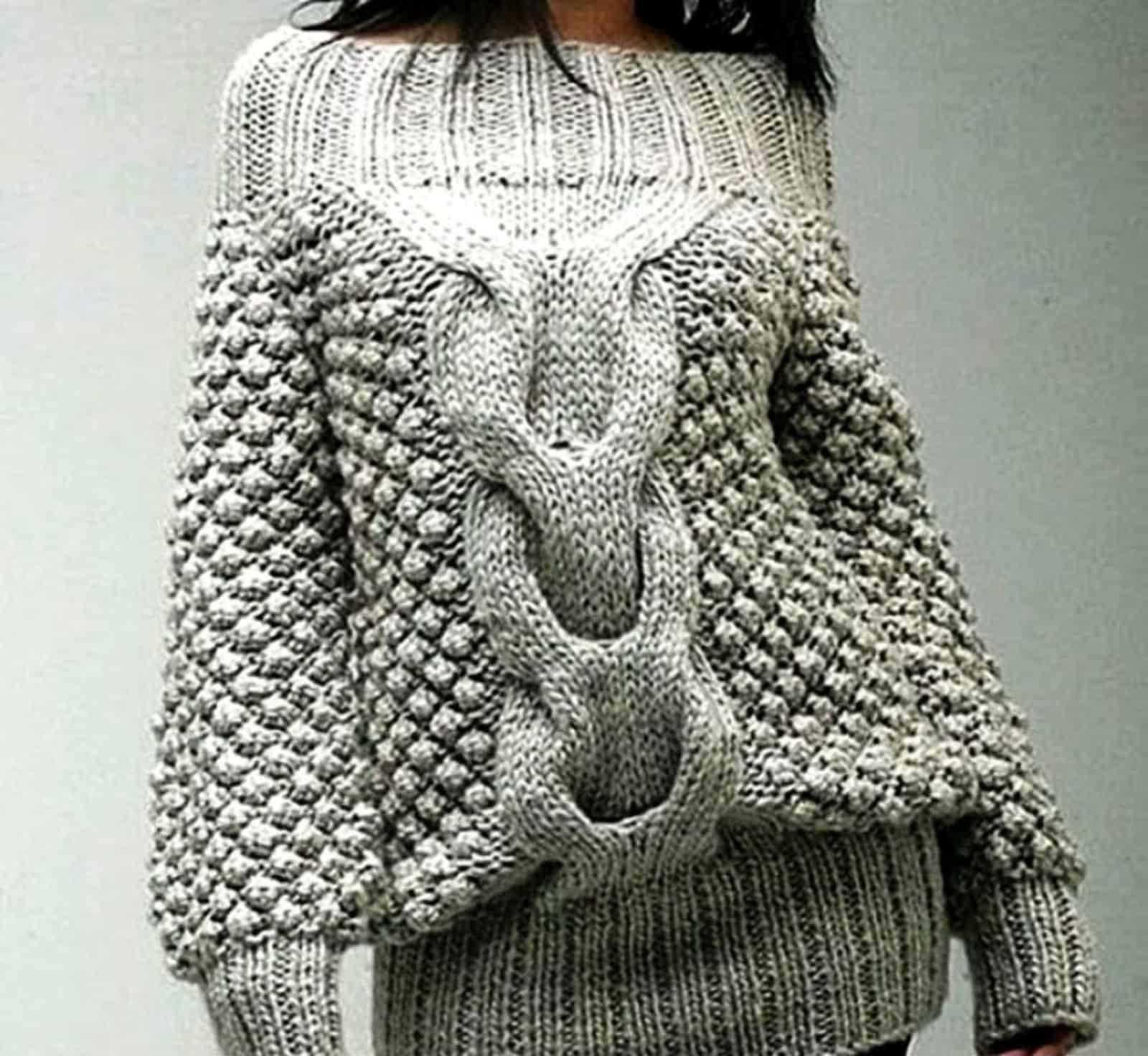 На фотографии изящный женский свитер с косой от SHAPAR, бренда вязаной одежды ручной работы в интернет-магазине связанных спицами вещей.