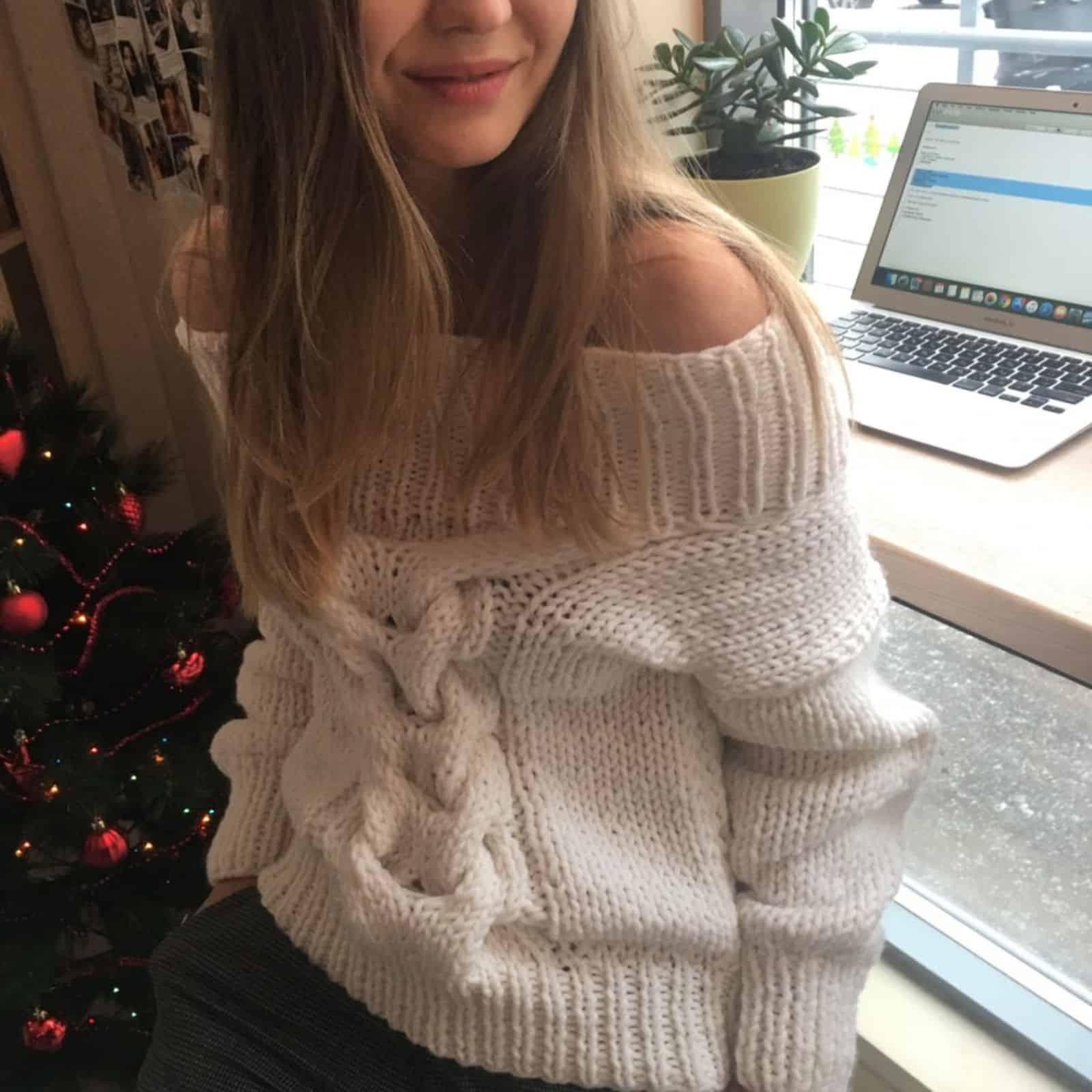 На фотографии белый вязаный спицами свитер с косой от SHAPAR, бренда женской одежды ручной работы в интернет-магазине связанных вещей.