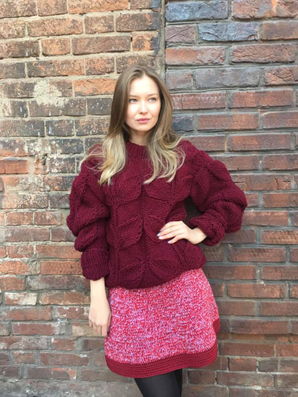 На фотографии бордовый свитер с листьями спицами от SHAPAR, бренда женской одежды ручной работы в интернет-магазине вязаных вещей.