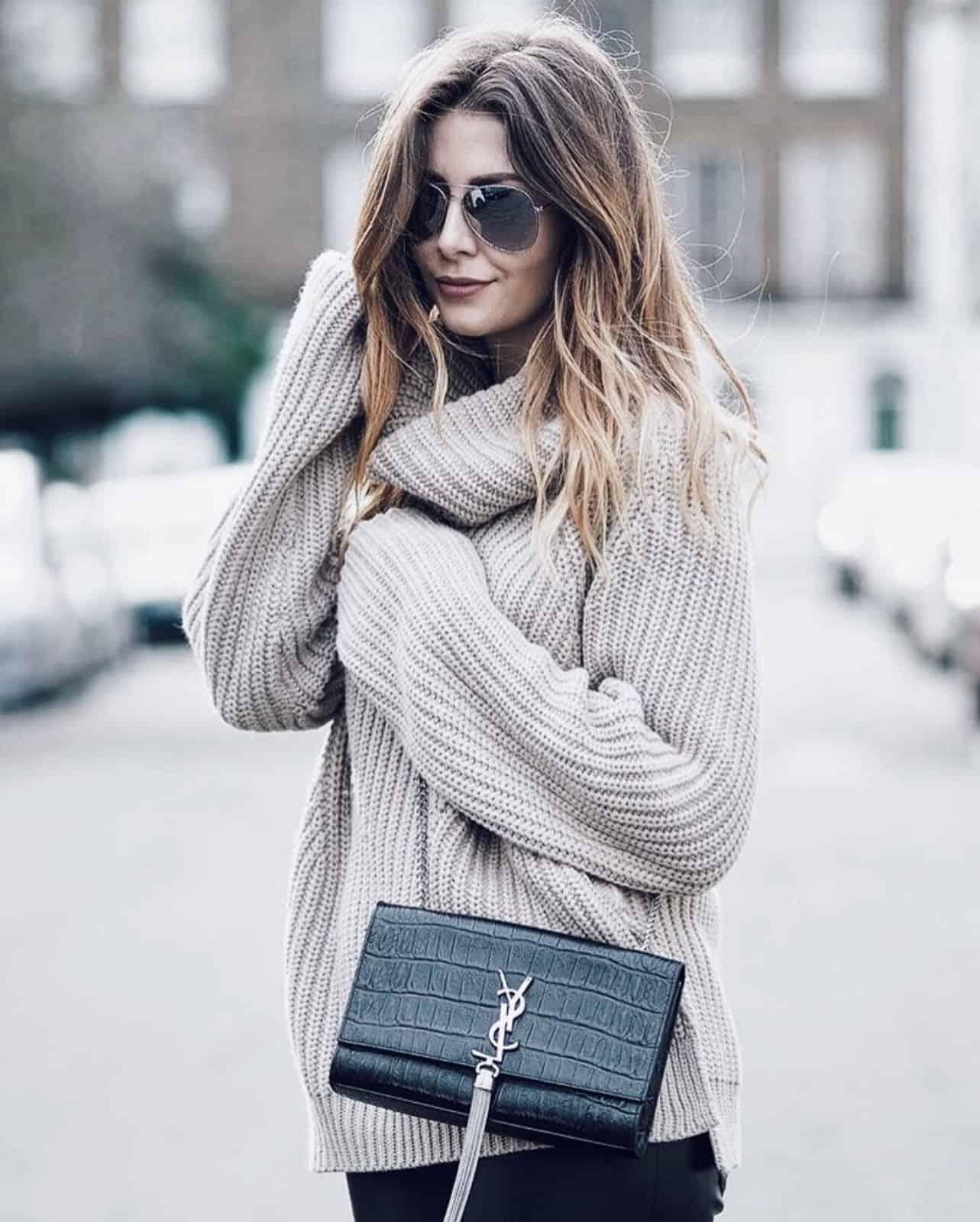 На второй фотографии светло-серый свитер с воротником для девушек и женщин от Shapar, бренда вязаной одежды ручной работы в интернет-магазине связанных спицами вещей.