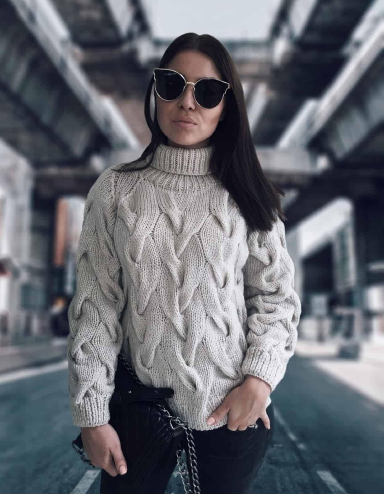 На фотографии светло-серый женский свитер с высоким горлом от SHAPAR, бренда вязаной одежды ручной работы в интернет-магазине связанных спицами вещей.