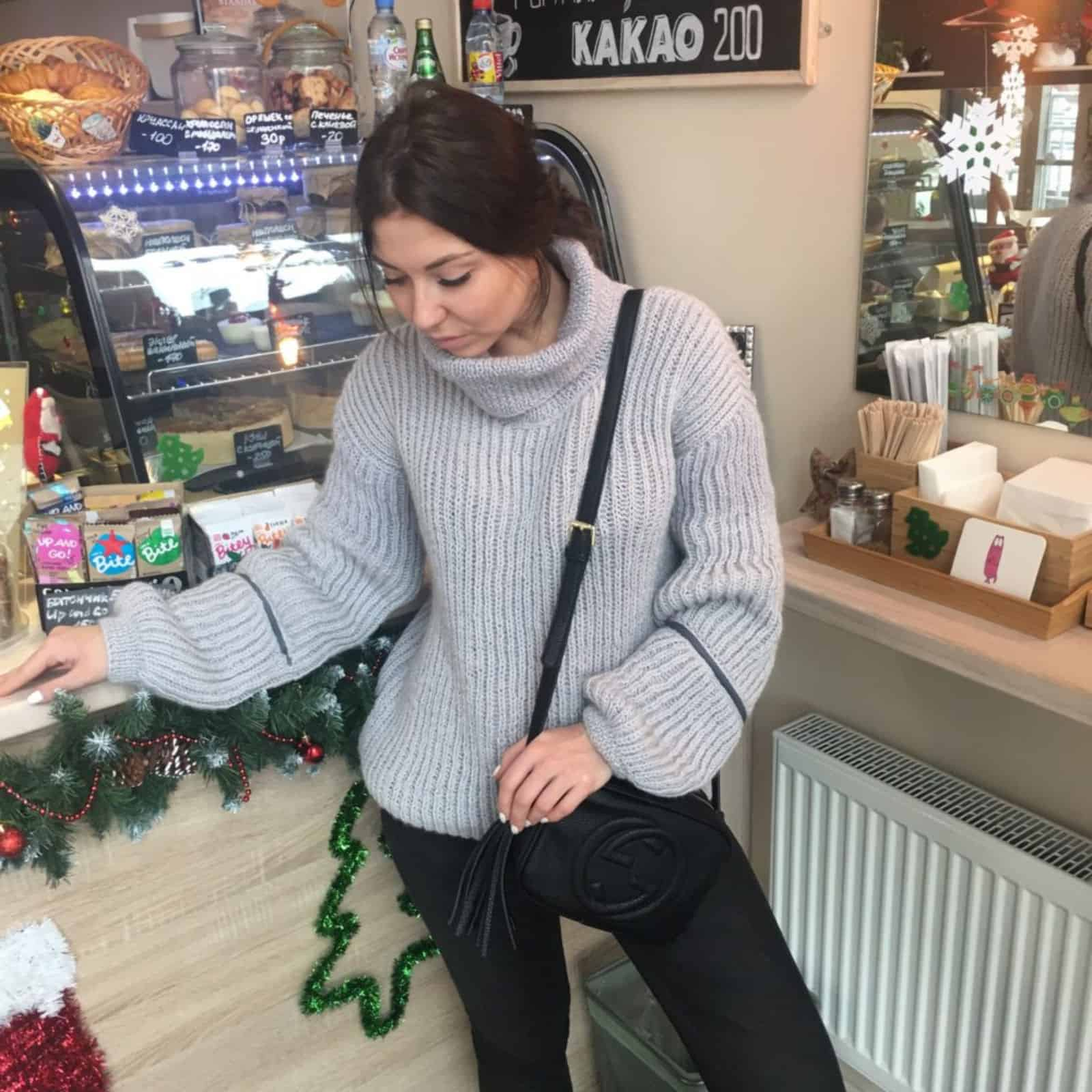 На фотографии теплый вязаный свитер с высоким горлом от SHAPAR, бренда женской одежды ручной работы в интернет-магазине связанных спицами вещей.