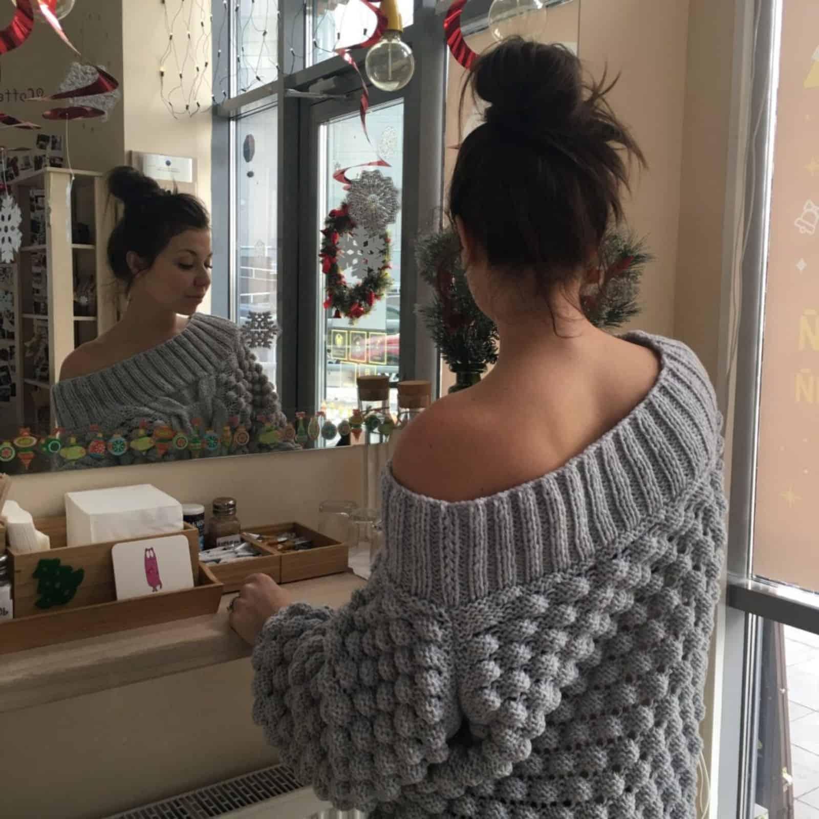 На второй фотографии серый женский свитер со спущенным плечом от Shapar, бренда вязаной одежды ручной работы в интернет-магазине связанных спицами вещей.