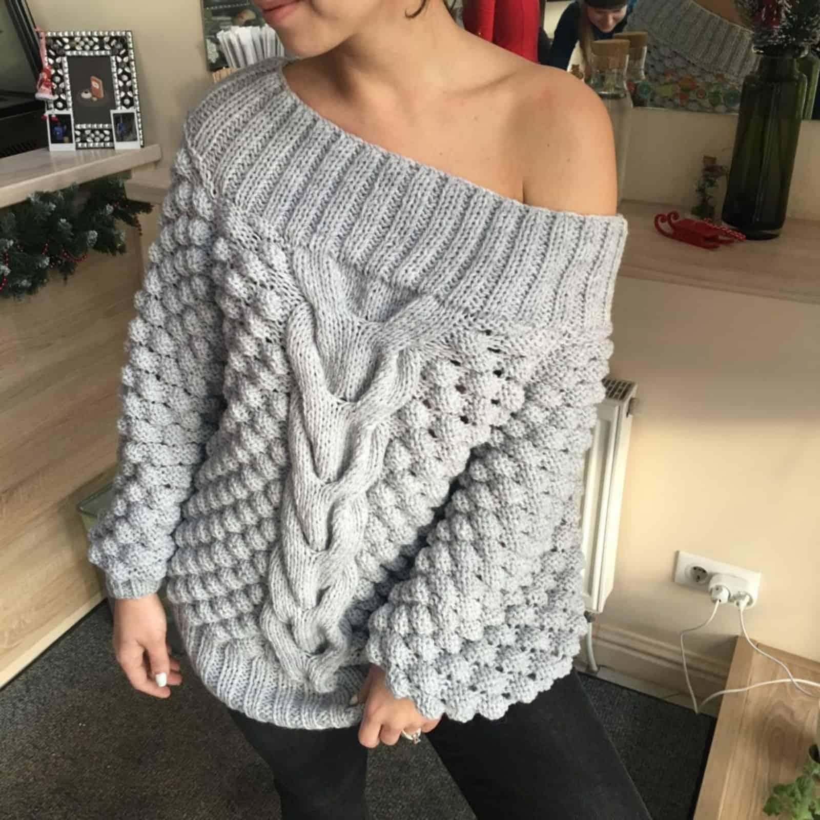 На третьей фотографии модный свитер со спущенным плечом для девушек и женщин от Shapar, бренда вязаной одежды ручной работы в интернет-магазине связанных спицами вещей.