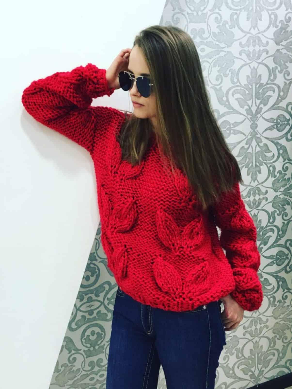 На фотографии женский свитер узором листья от Shapar, бренда вязаной одежды ручной работы в интернет-магазине связанных спицами вещей.