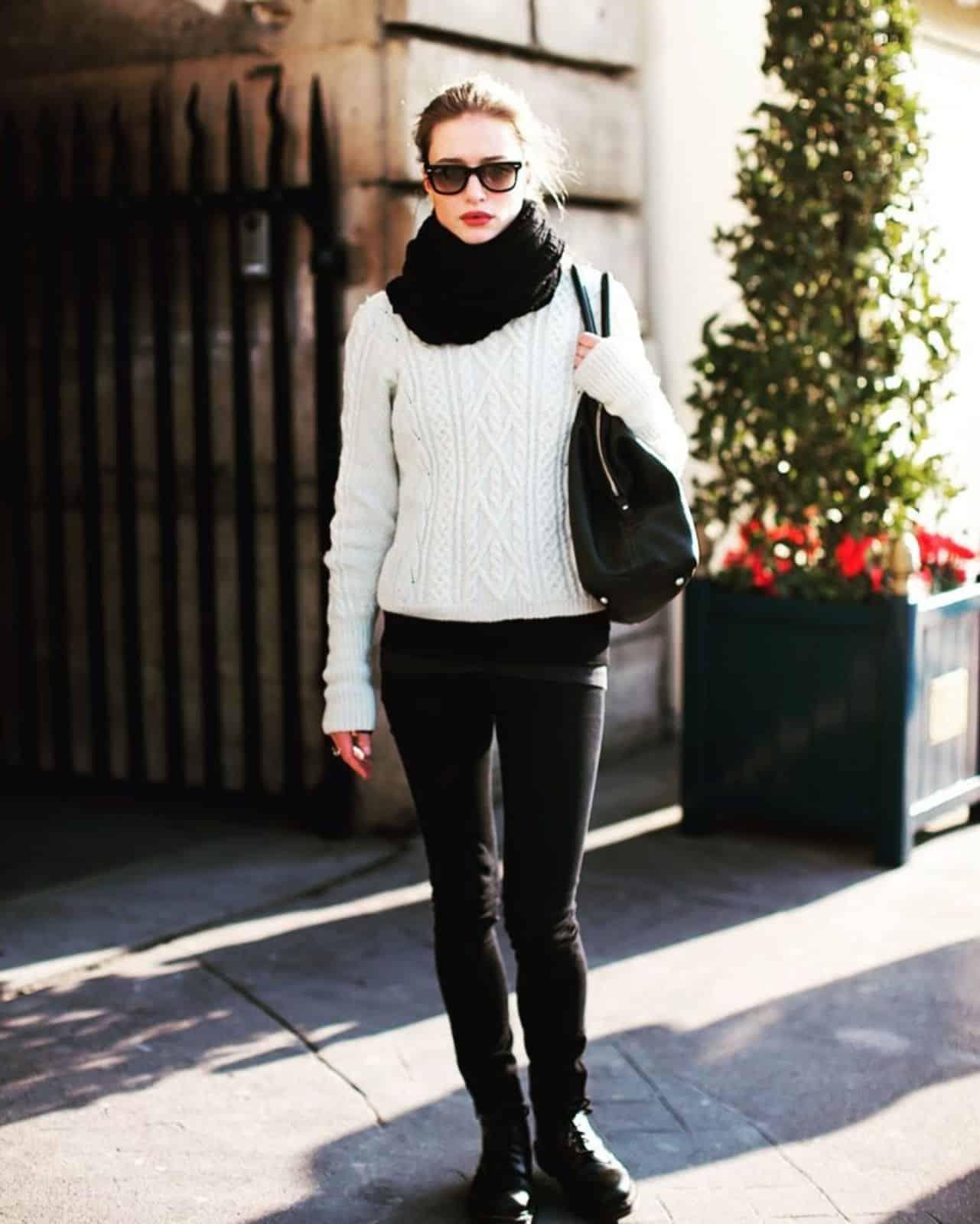 На фотографии белый связанный спицами джемпер от SHAPAR, бренда женской одежды ручной работы в интернет-магазине вязаных вещей.