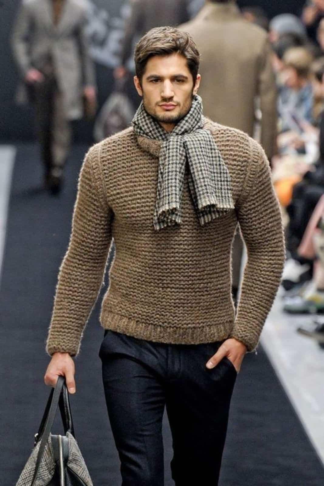 На фотографии зимний свитер мужской коричневого цвета от Shapar, бренда вязаной одежды ручной работы в интернет-магазине связанных спицами вещей.