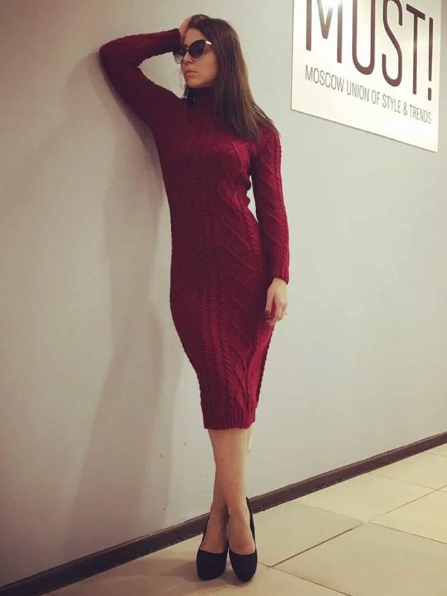 На фотографии бордовое вязаное платье миди с косами от Shapar, бренда женской одежды ручной работы в интернет-магазине связанных спицами вещей.