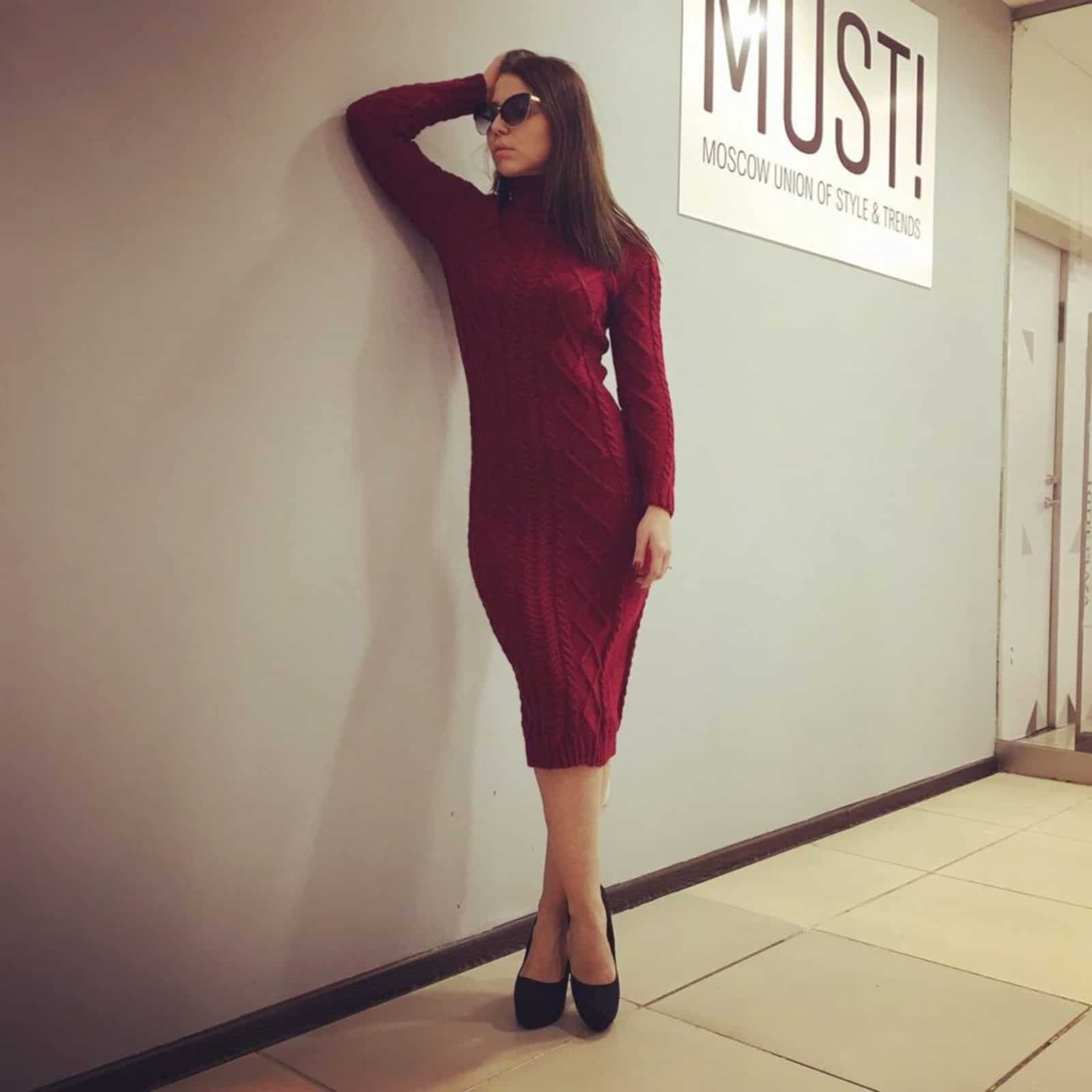 На фотографии теплое вязаное платье с косами бордового цвета от Shapar, бренда женской одежды ручной работы в интернет-магазине связанных спицами вещей.