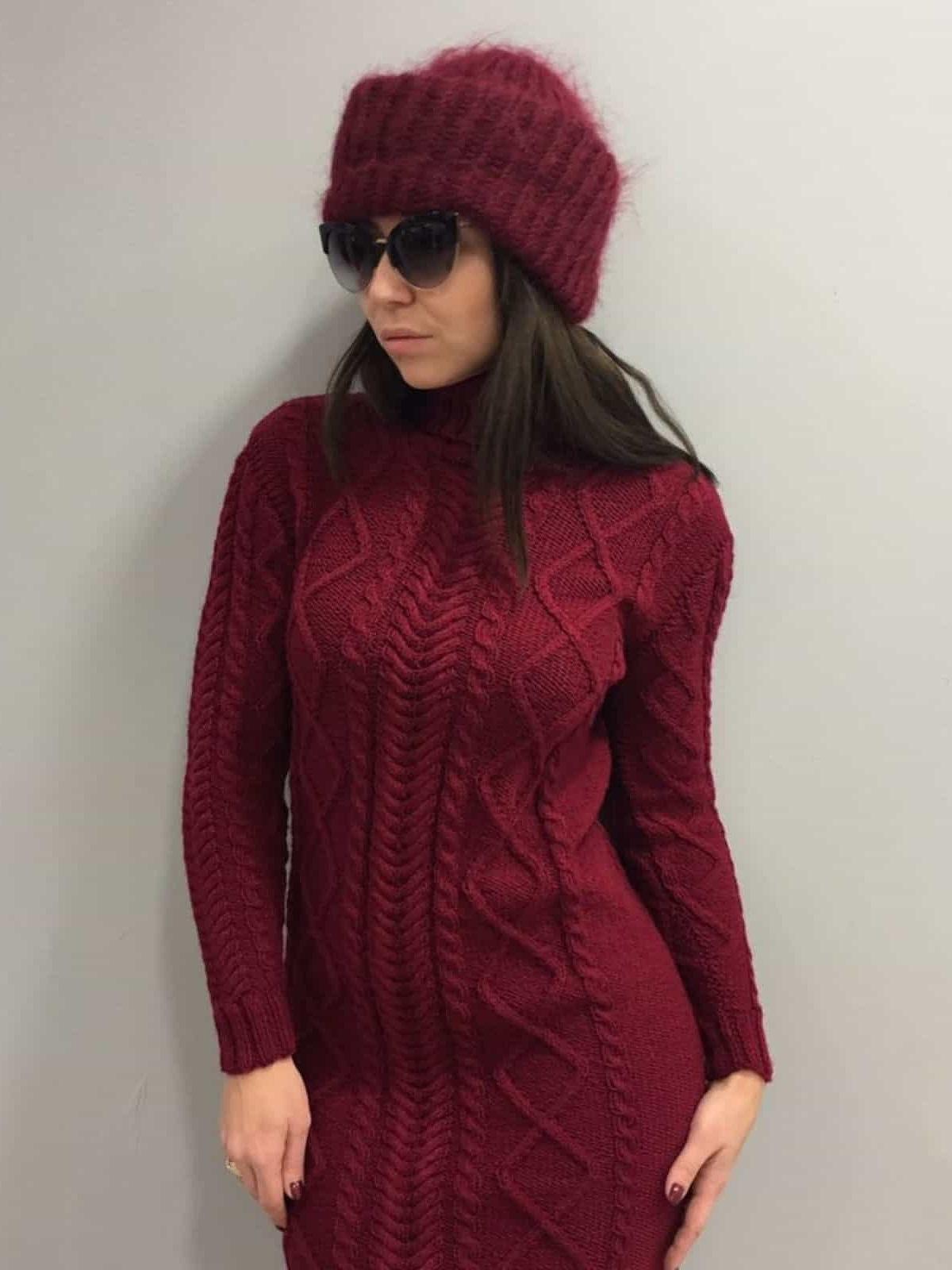 На второй фотографии теплое бордовое вязаное платье с воротником стойкой для женщин от Shapar, бренда одежды ручной работы в интернет-магазине связанных спицами вещей.