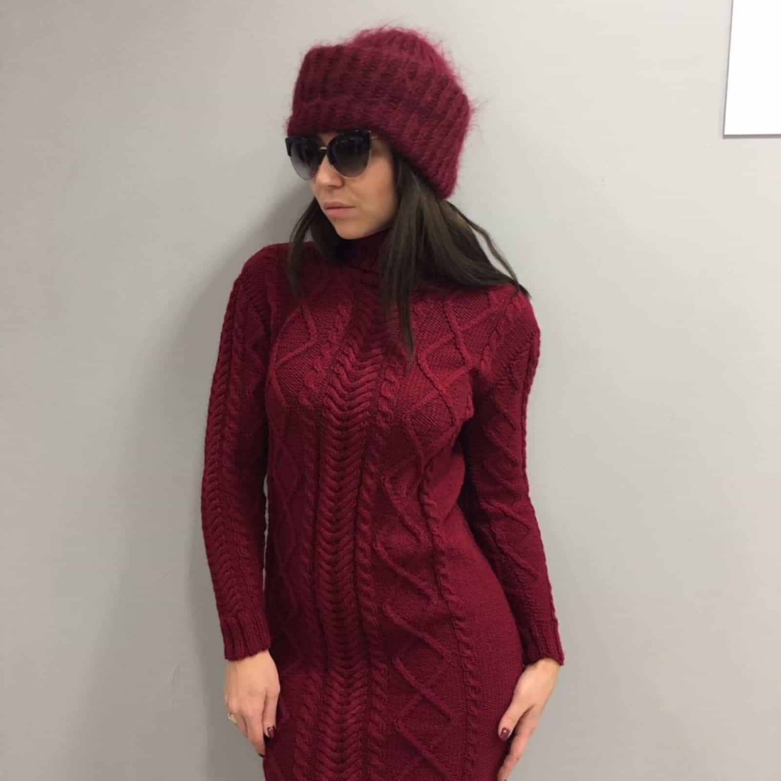 На второй фотографии женское теплое вязаное платье обтягивающее фигуру от Shapar, бренда женской одежды ручной работы в интернет-магазине связанных спицами вещей.