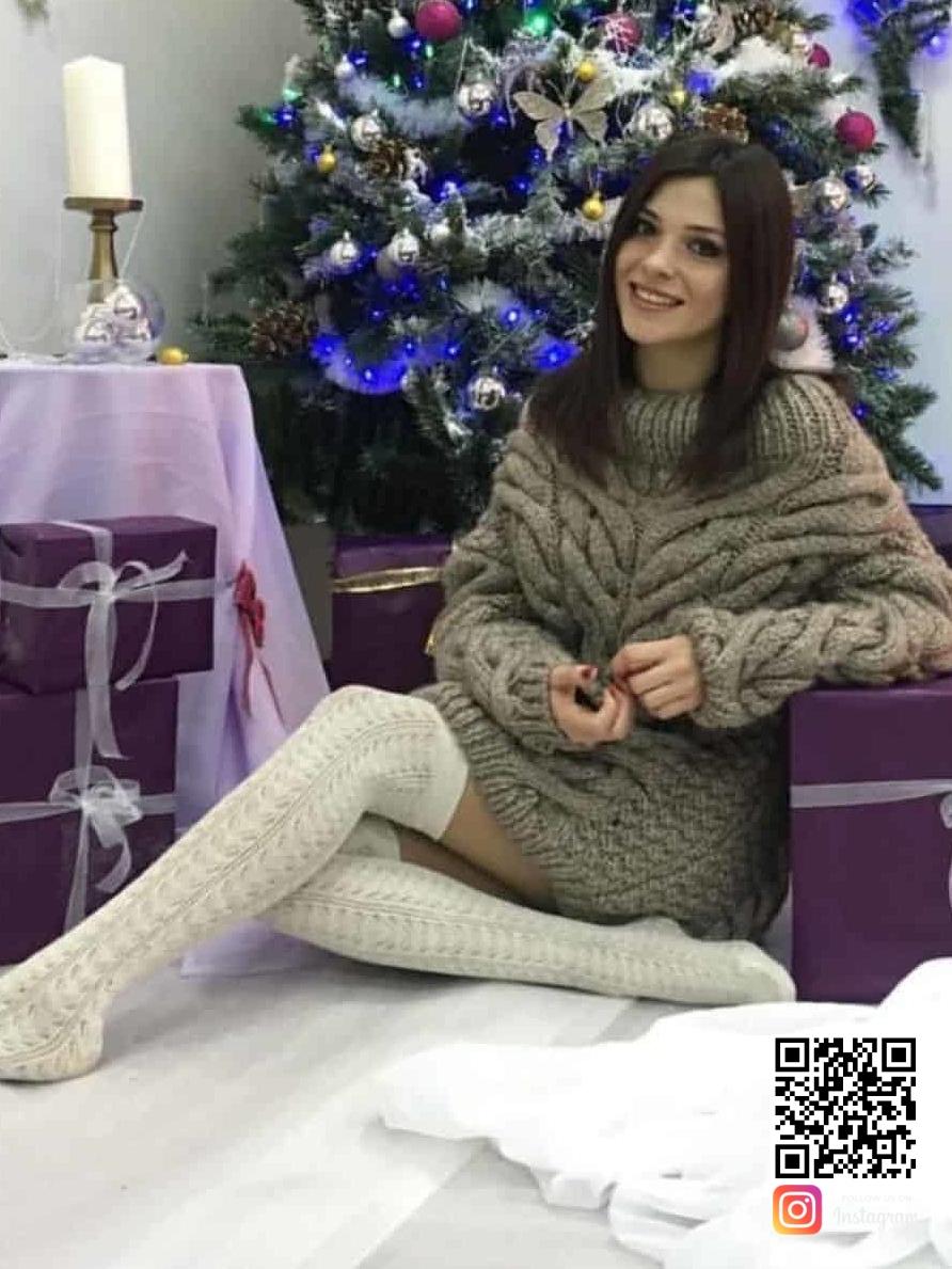 На четвертой фотографии удлиненный теплый свитер для женщин от Shapar, бренда вязаной одежды ручной работы в интернет-магазине связанных спицами вещей.