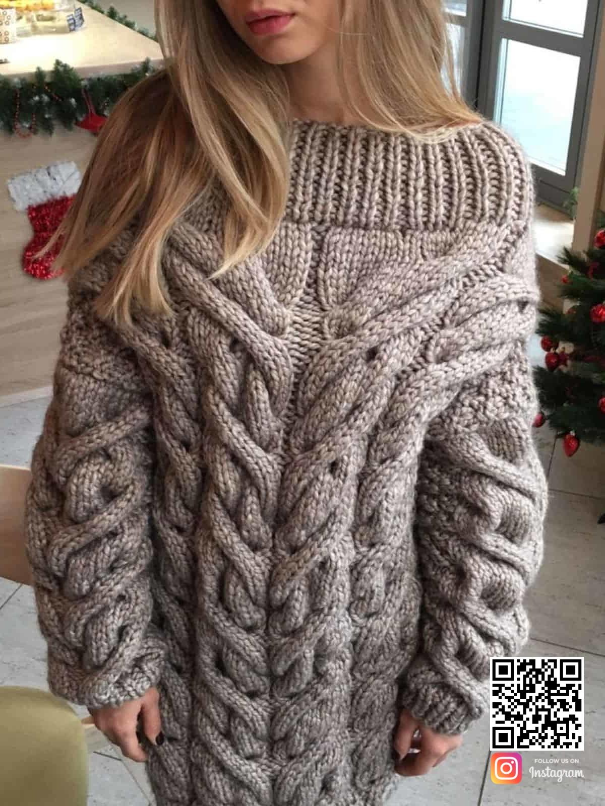 На третьей фотографии модный теплый свитер для девушек и женщин от Shapar, бренда вязаной одежды ручной работы в интернет-магазине связанных спицами вещей.