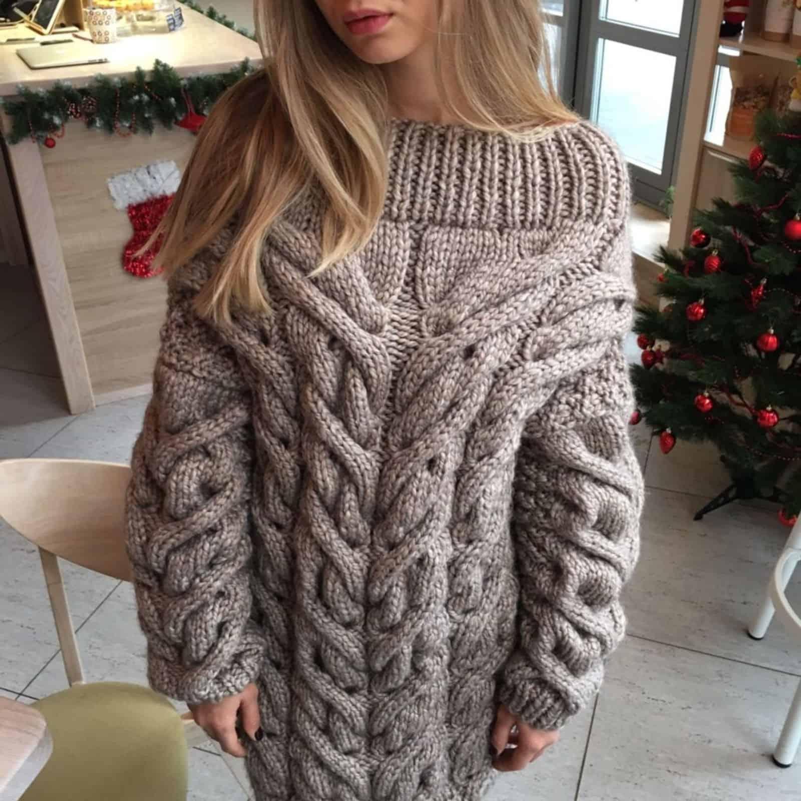 На фотографии теплый женский свитер от SHAPAR, бренда вязаной одежды ручной работы в интернет-магазине связанных спицами вещей.