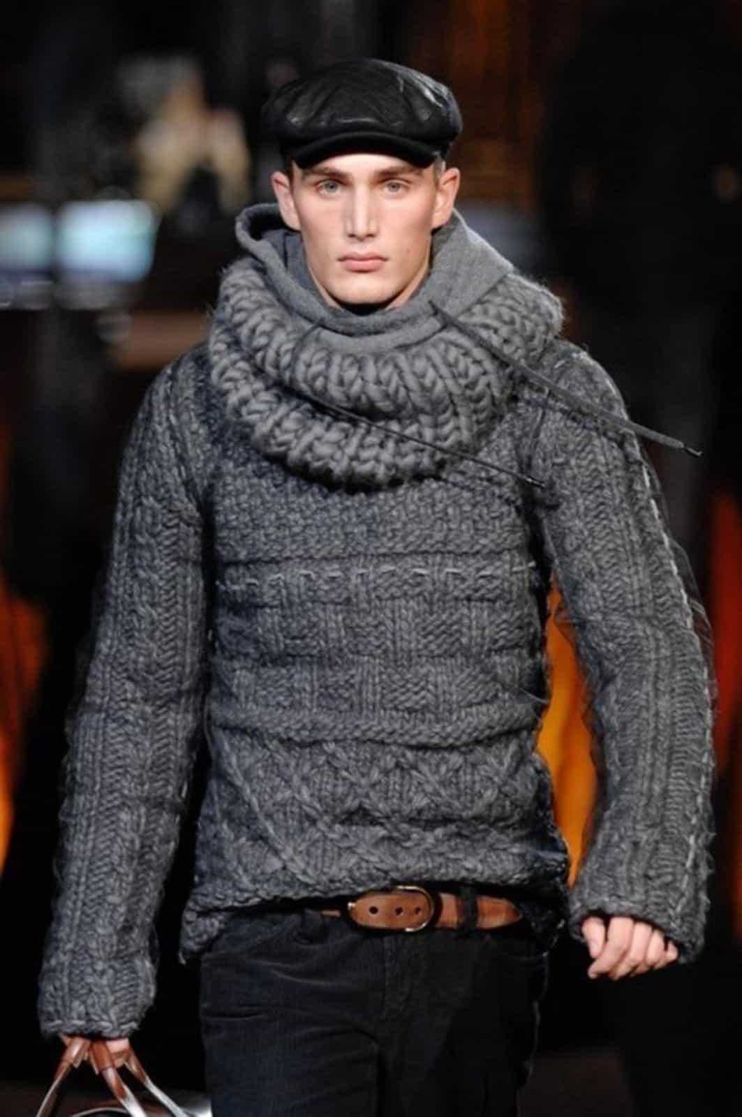 На фотографии теплый вязаный свитер для мужчин от SHAPAR, бренда мужской одежды ручной работы в интернет-магазине связанных спицами вещей.