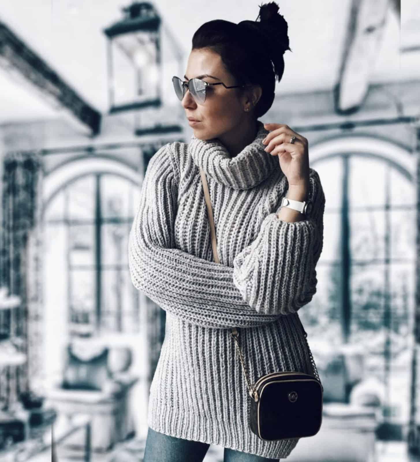 На фотографии теплый свитер женский с воротником от Shapar, бренда вязаной одежды ручной работы в интернет-магазине связанных спицами вещей.