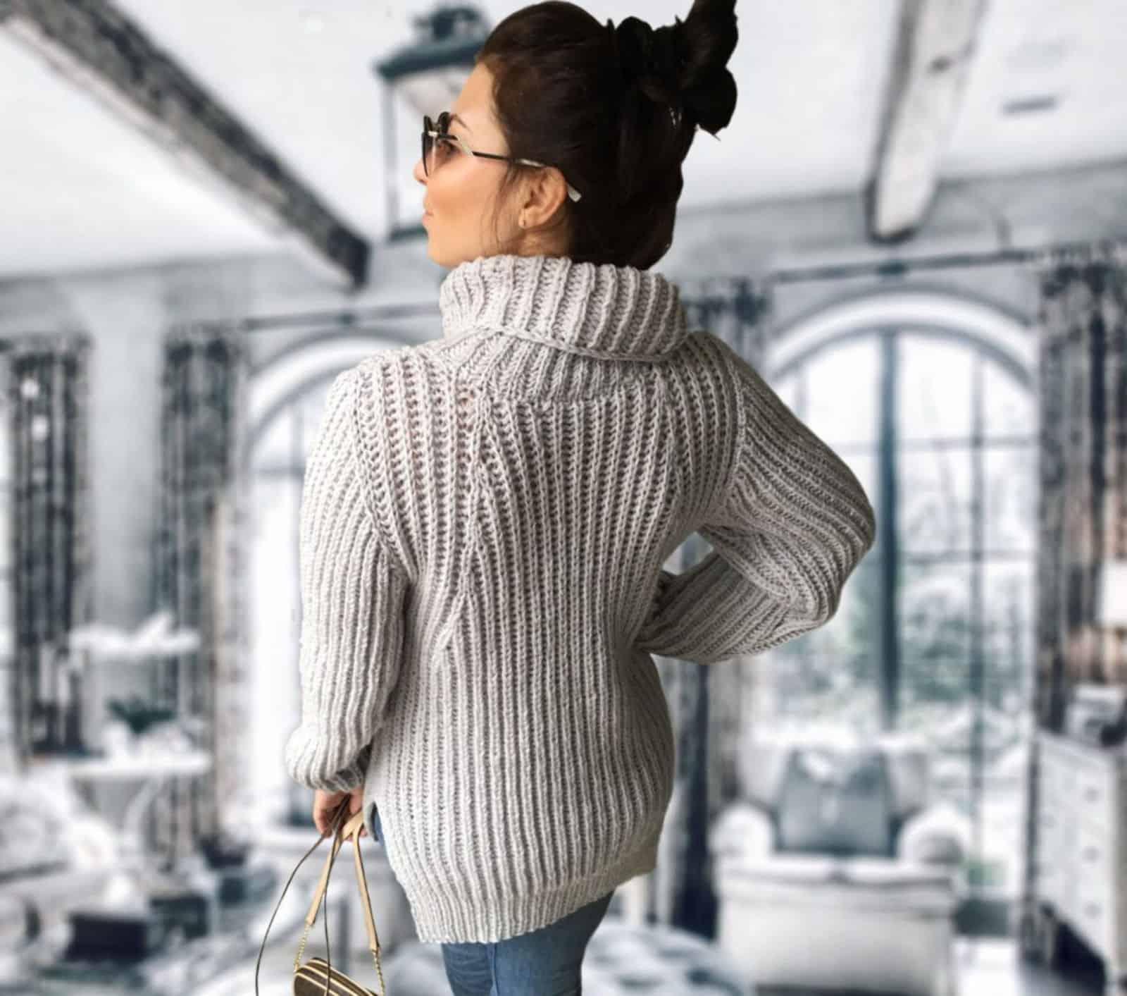 На второй фотографии теплый свитер женский светло-серого цвета от Shapar, бренда вязаной одежды ручной работы в интернет-магазине связанных спицами вещей.
