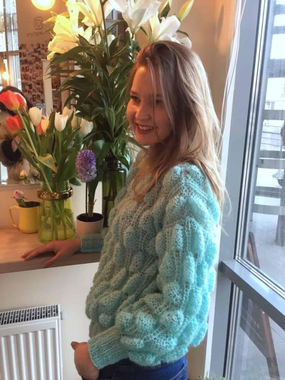 На фотографии женский тонкий свитер от SHAPAR, бренда вязаной одежды ручной работы в интернет-магазине связанных спицами вещей.