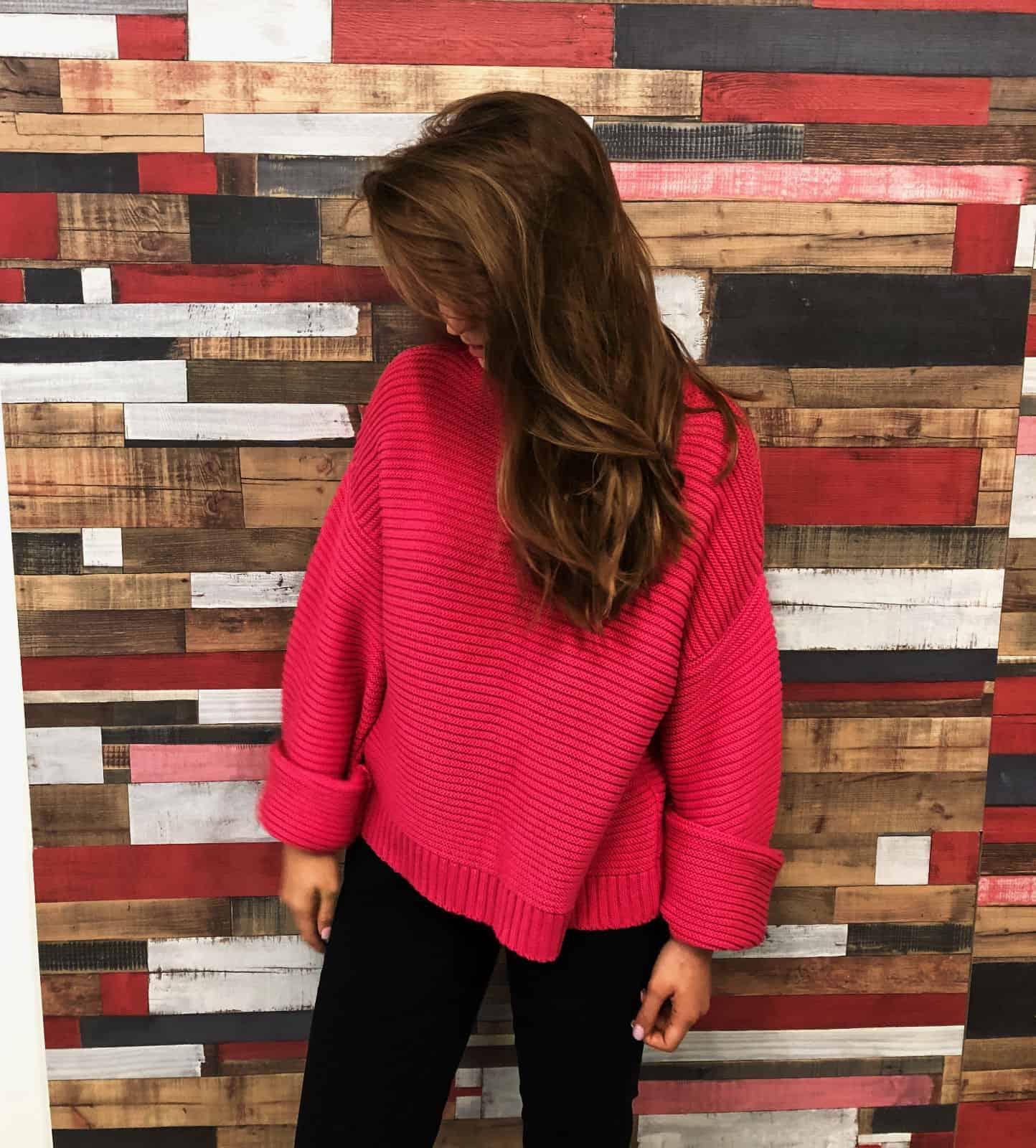 На четвертой фотографии женский трикотажный джемпер в цвете фуксия от Shapar, бренда вязаной одежды ручной работы в интернет-магазине связанных спицами вещей.