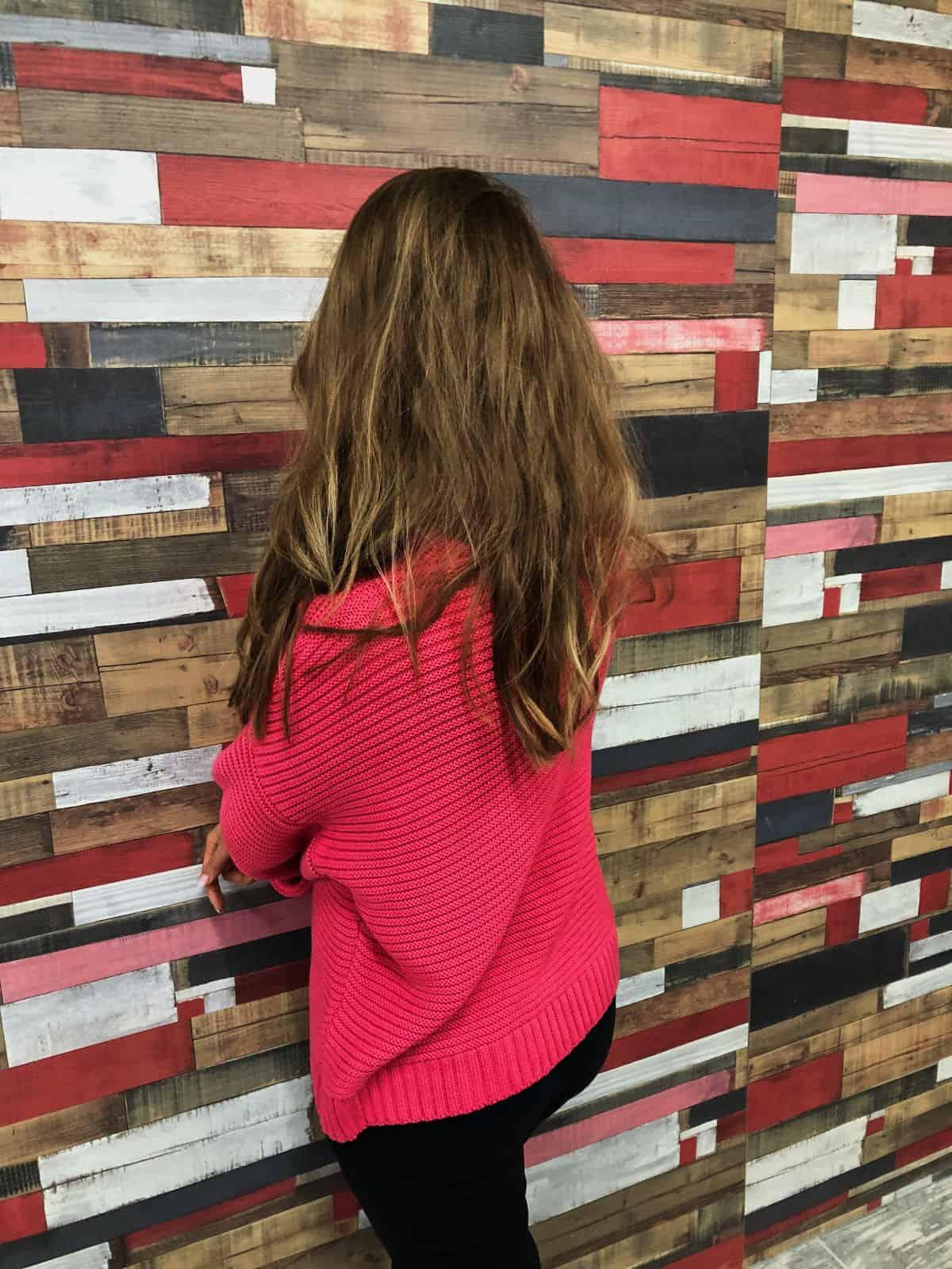 На второй фотографии женский трикотажный джемпер со спины от Shapar, бренда вязаной одежды ручной работы в интернет-магазине связанных спицами вещей.