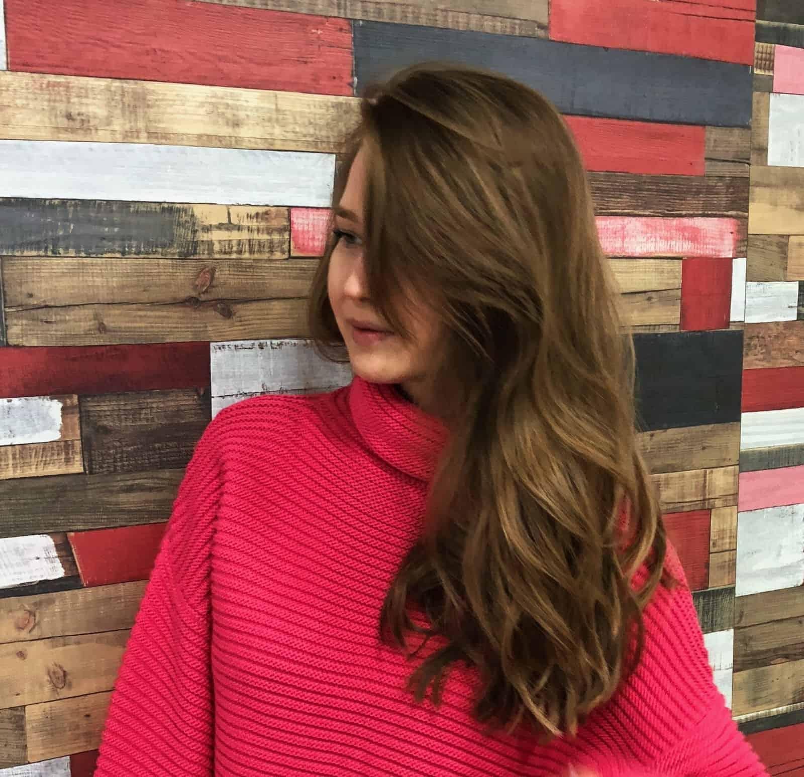 На третьей фотографии женский трикотажный джемпер с объемным воротником от Shapar, бренда вязаной одежды ручной работы в интернет-магазине связанных спицами вещей.