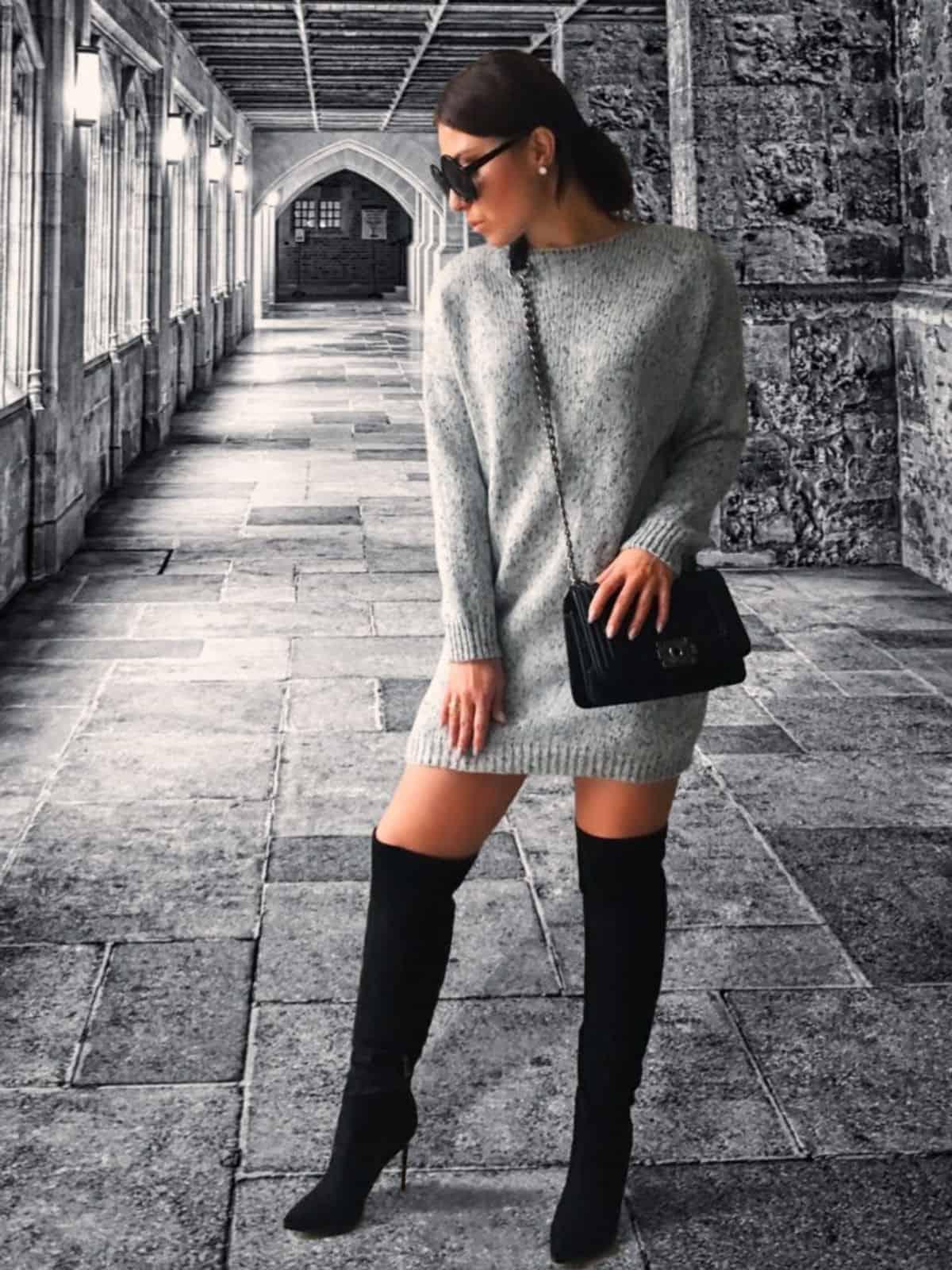 На фотографии женский удлиненный свитер спицами от Shapar, бренда вязаной одежды ручной работы в интернет-магазине связанных вещей.