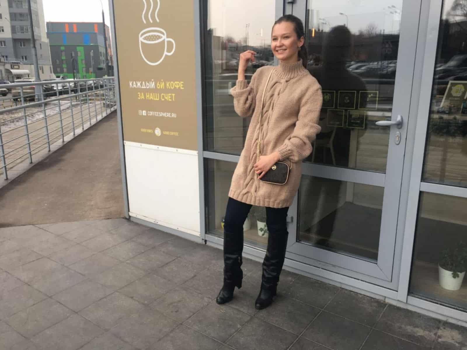 На четвертой фотографии удлиненный свитер женский бежевого цвета от Shapar, бренда вязаной одежды ручной работы в интернет-магазине связанных спицами вещей.