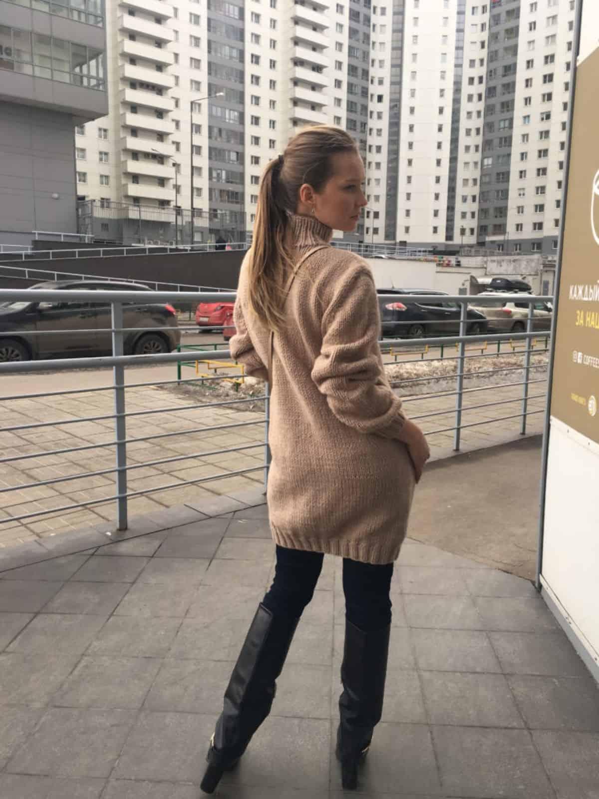 На второй фотографии удлиненный свитер женский со спины от Shapar, бренда вязаной одежды ручной работы в интернет-магазине связанных спицами вещей.