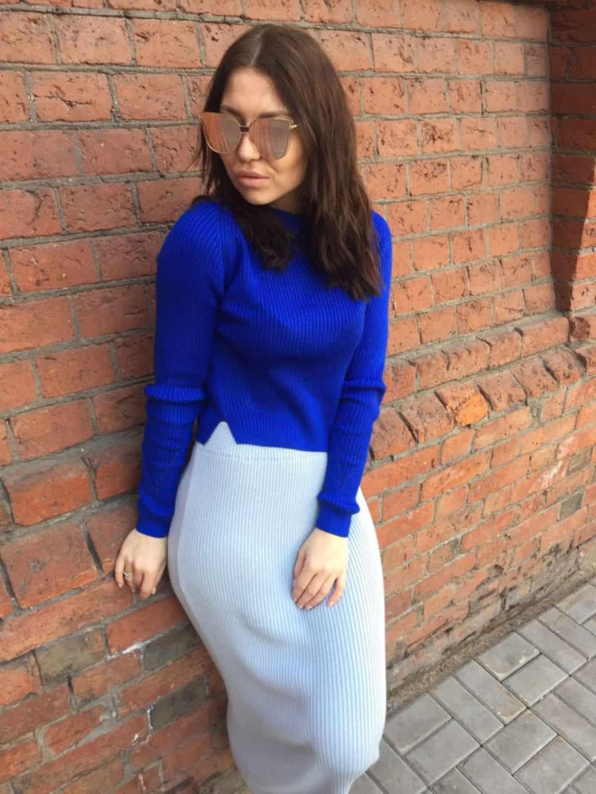На второй фотографии женский укороченный свитер синего цвета от Shapar, бренда вязаной одежды ручной работы в интернет-магазине связанных спицами вещей.