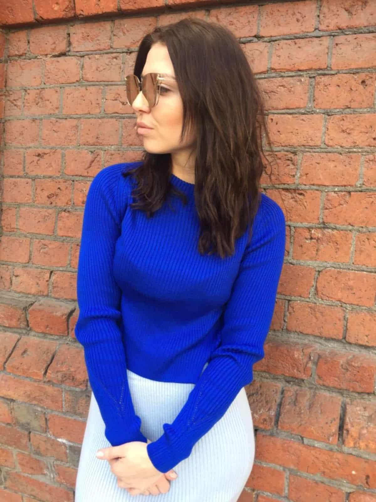 На третьей фотографии женский укороченный свитер машинной вязки от Shapar, бренда вязаной одежды ручной работы.