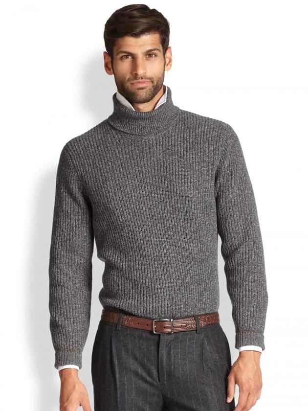 На фотографии серая водолазка мужская от Shapar, бренда вязаной одежды ручной работы в интернет-магазине связанных спицами вещей.
