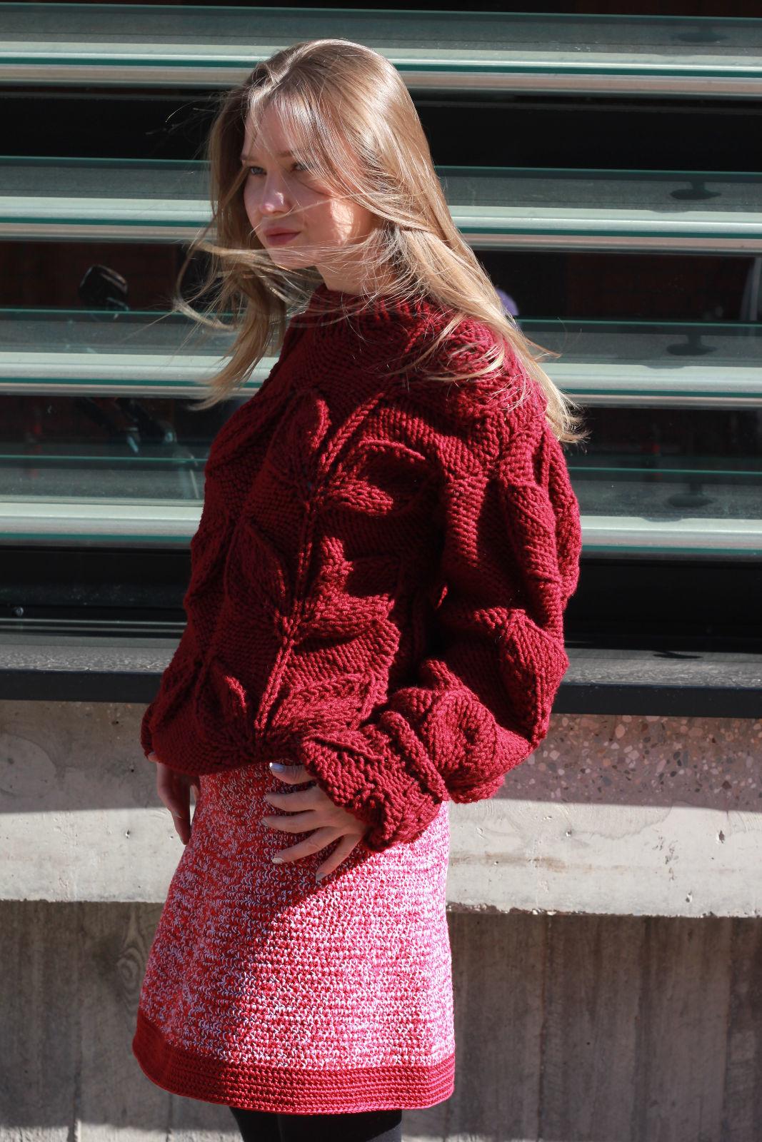 На фотографии юбка вязаная крючком от Shapar, бренда женской одежды ручной работы в интернет-магазине связанных спицами вещей.