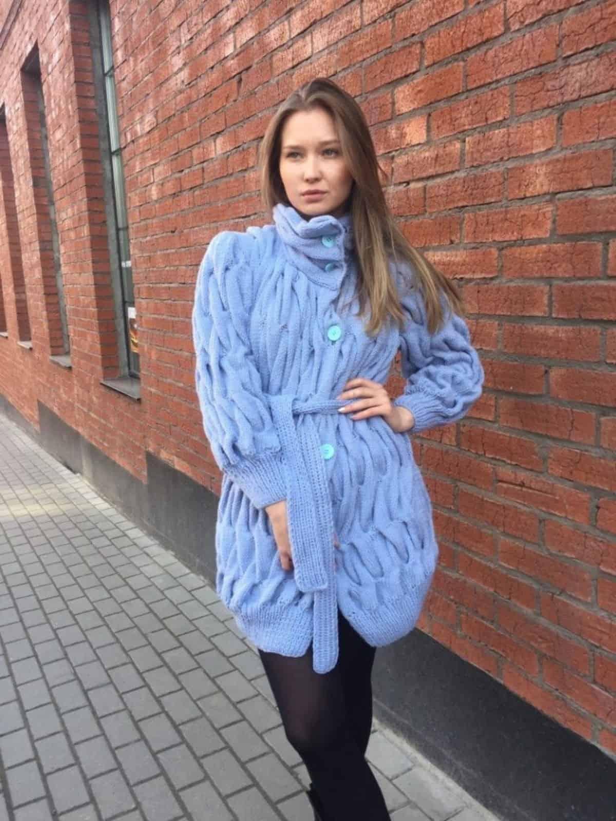 На фотографии голубое вязаное пальто от SHAPAR, бренда женской одежды в интернет-магазине связанной спицами верхней одежды.
