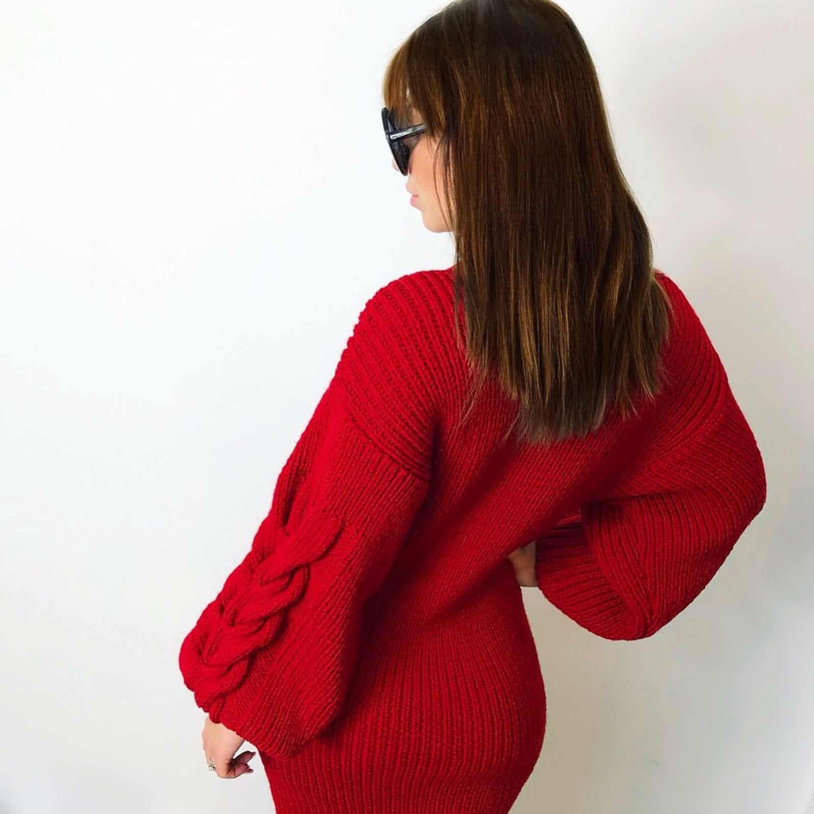 На фотографии вязаное платье брусничного цвета от SHAPAR, бренда женской одежды ручной работы в интернет-магазине связанных спицами вещей.