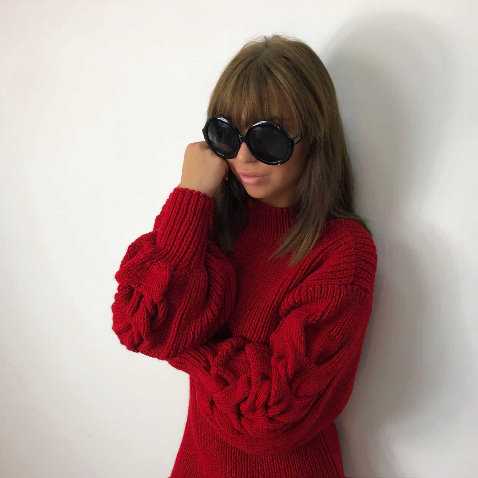 На третьей фотографии красное вязаное платье с косами на рукавах от Shapar, бренда женской одежды ручной работы в интернет-магазине связанных спицами вещей.