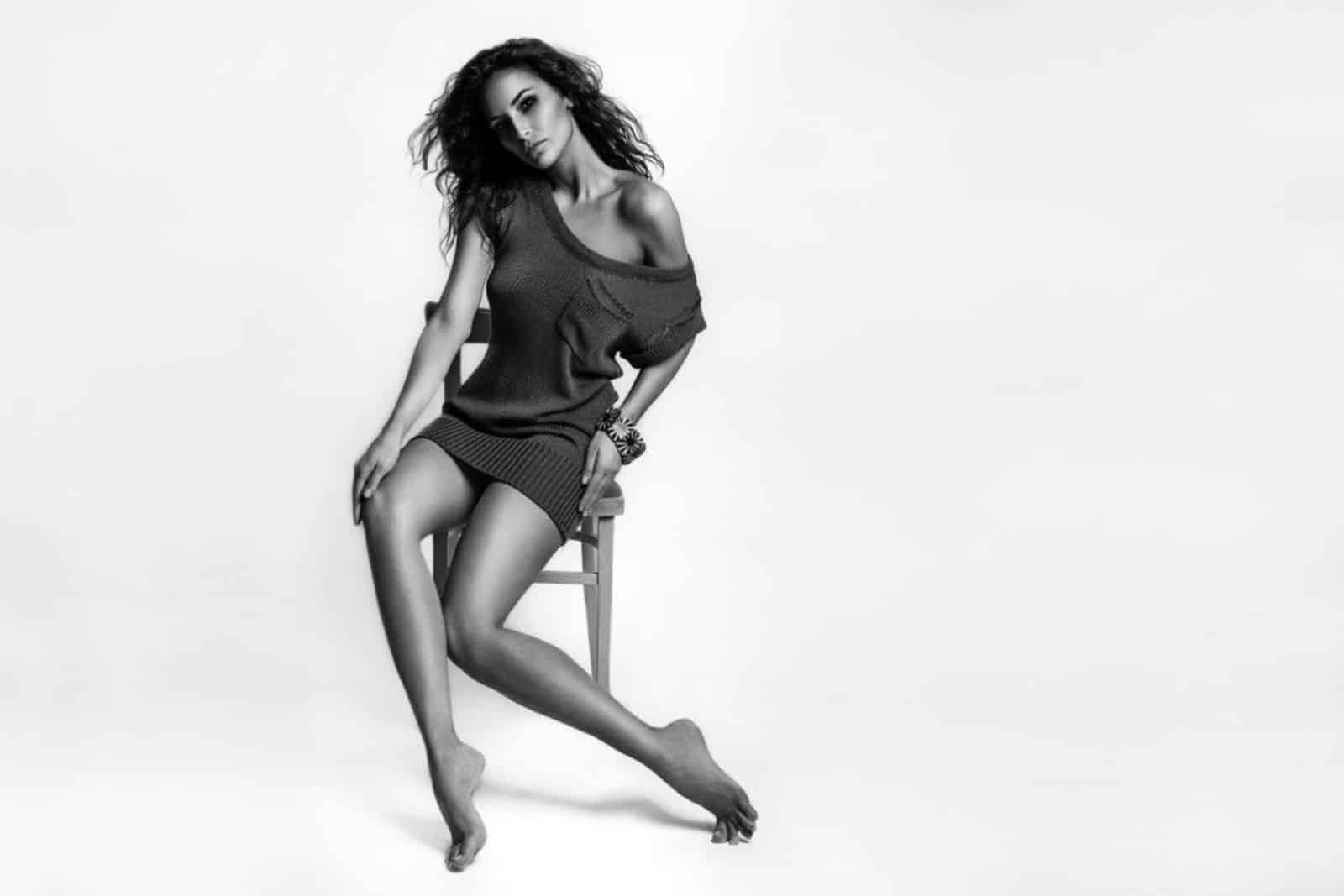 На второй фотографии коричневое вязаное платье с карманом на лето от Shapar, бренда женской одежды ручной работы в интернет-магазине связанных спицами вещей.