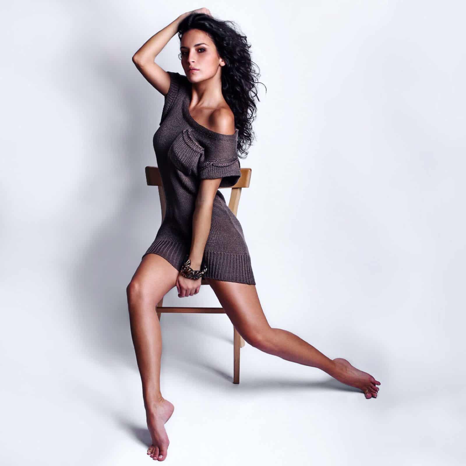 На фотографии вязаное платье летнее для девушек от Shapar, бренда женской одежды ручной работы в интернет-магазине связанных спицами вещей.