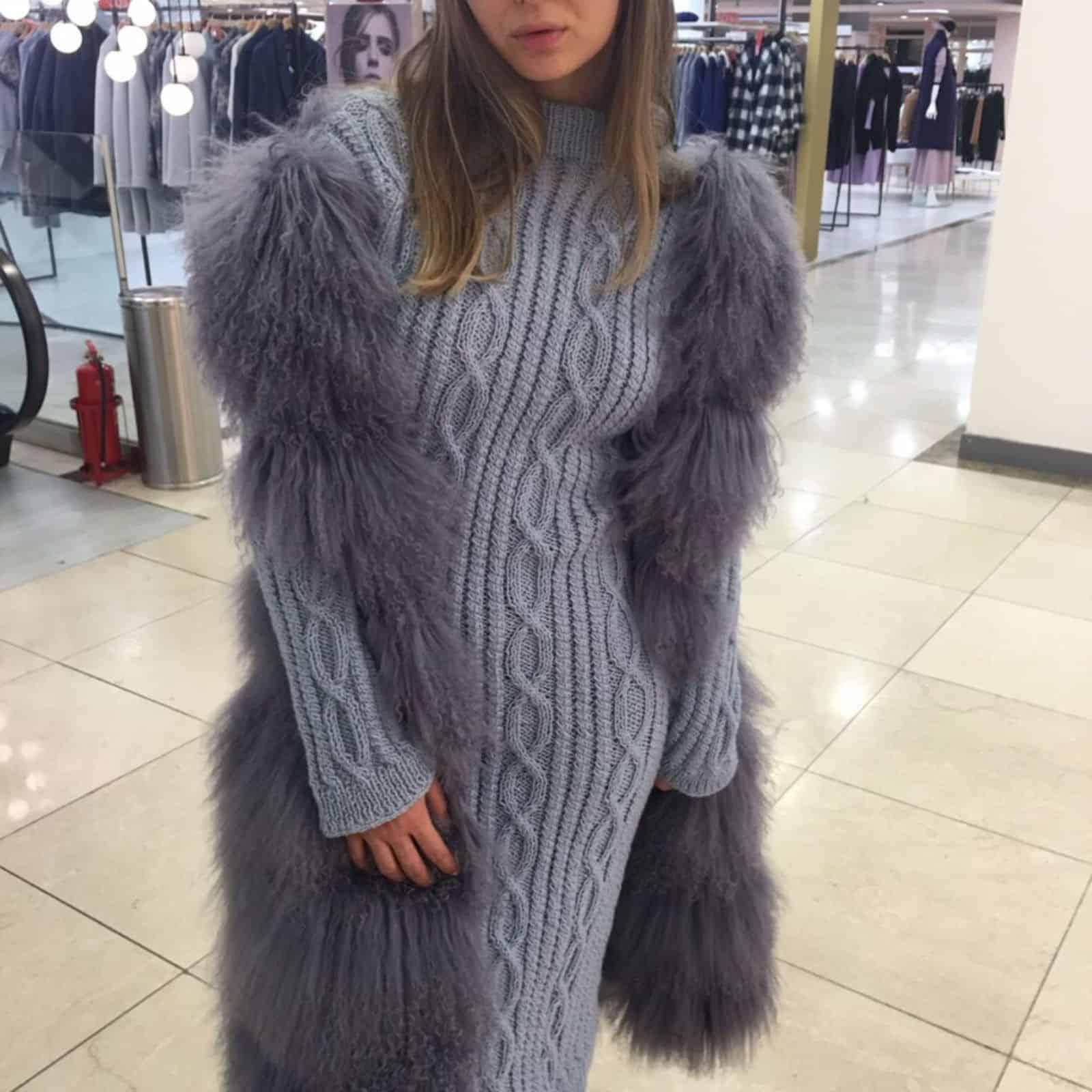 На второй фотографии облегающее вязаное платье с косами от Shapar, бренда женской одежды ручной работы в интернет-магазине связанных спицами вещей.