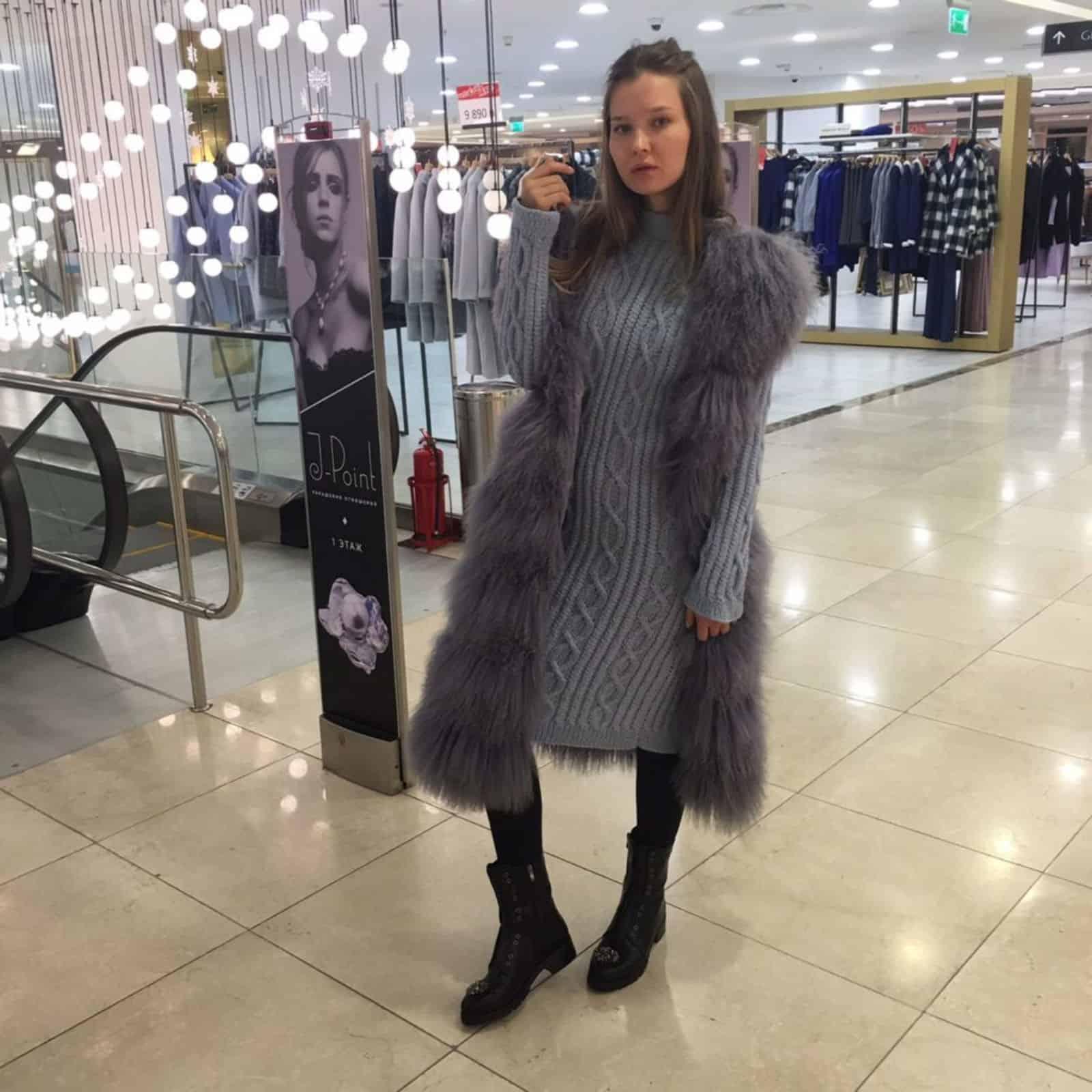 На третьей фотографии модное вязаное платье с косами для девушек от Shapar, бренда женской одежды ручной работы в интернет-магазине связанных спицами вещей.