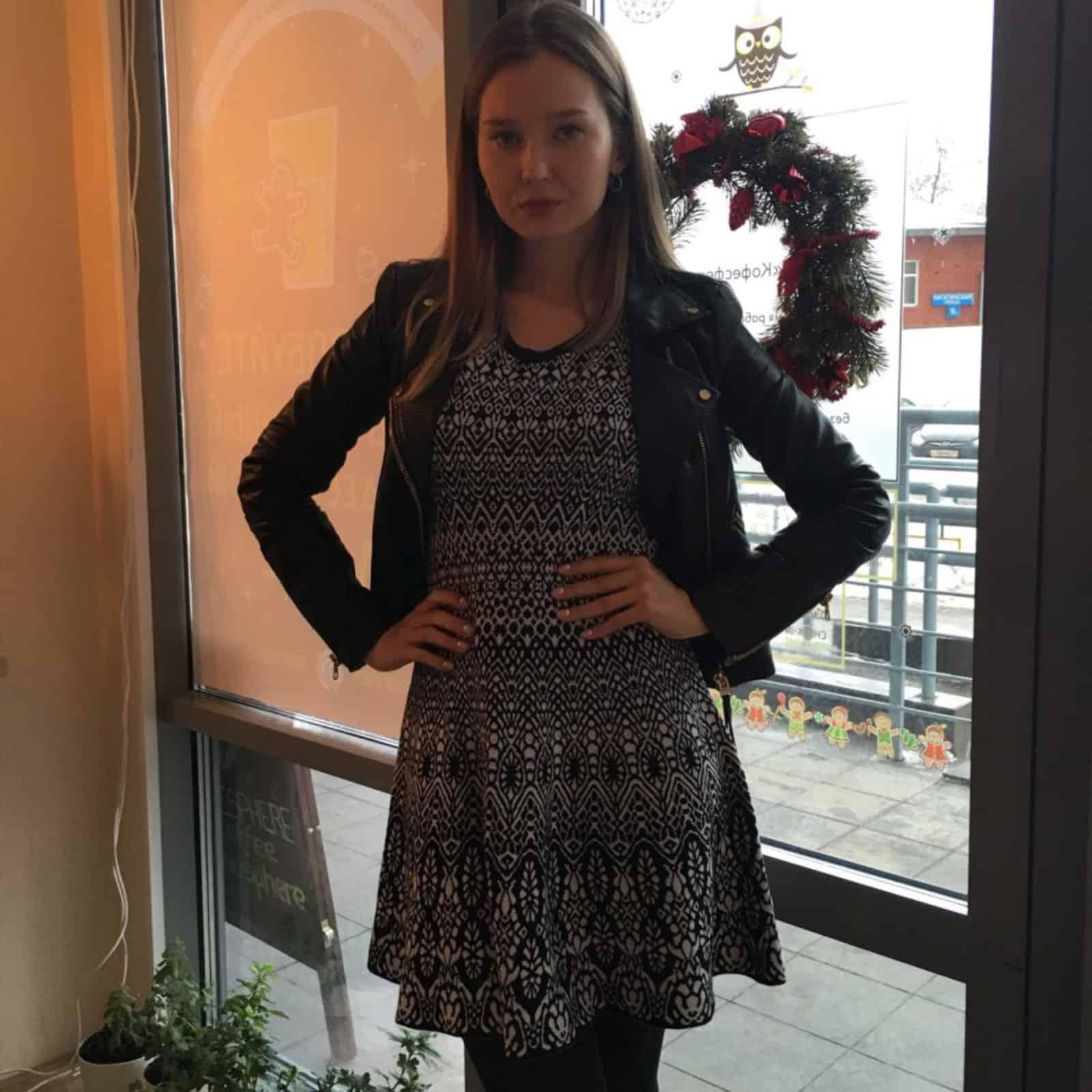 На фотографии вязаное платье с орнаментом от SHAPAR, бренда женской одежды ручной работы в интернет-магазине связанных спицами вещей.
