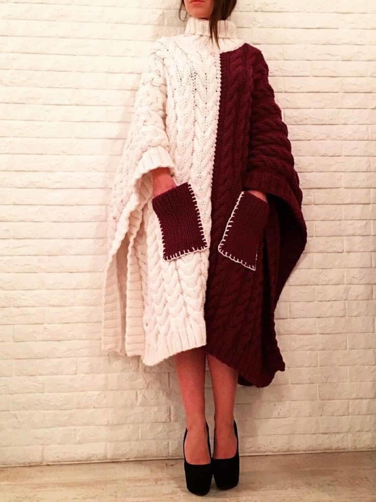 На фотографии вязаное пончо для женщин с карманами от Shapar, бренда женской одежды ручной работы в интернет-магазине связанных спицами вещей.