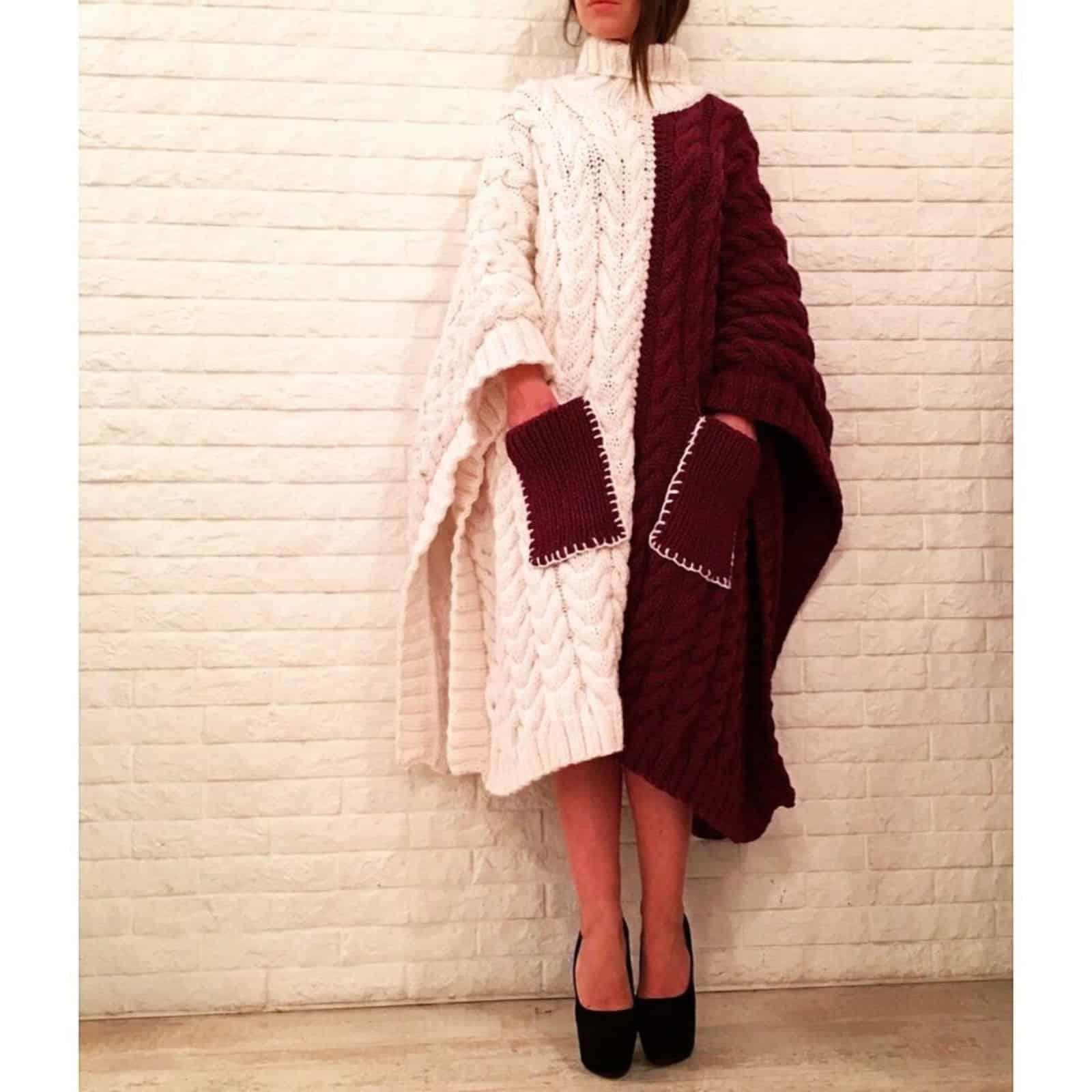 На фотографии женское пончо комбинированного цвета с карманами от SHAPAR, бренда вязаной одежды ручной работы в интернет-магазине связанных спицами вещей.